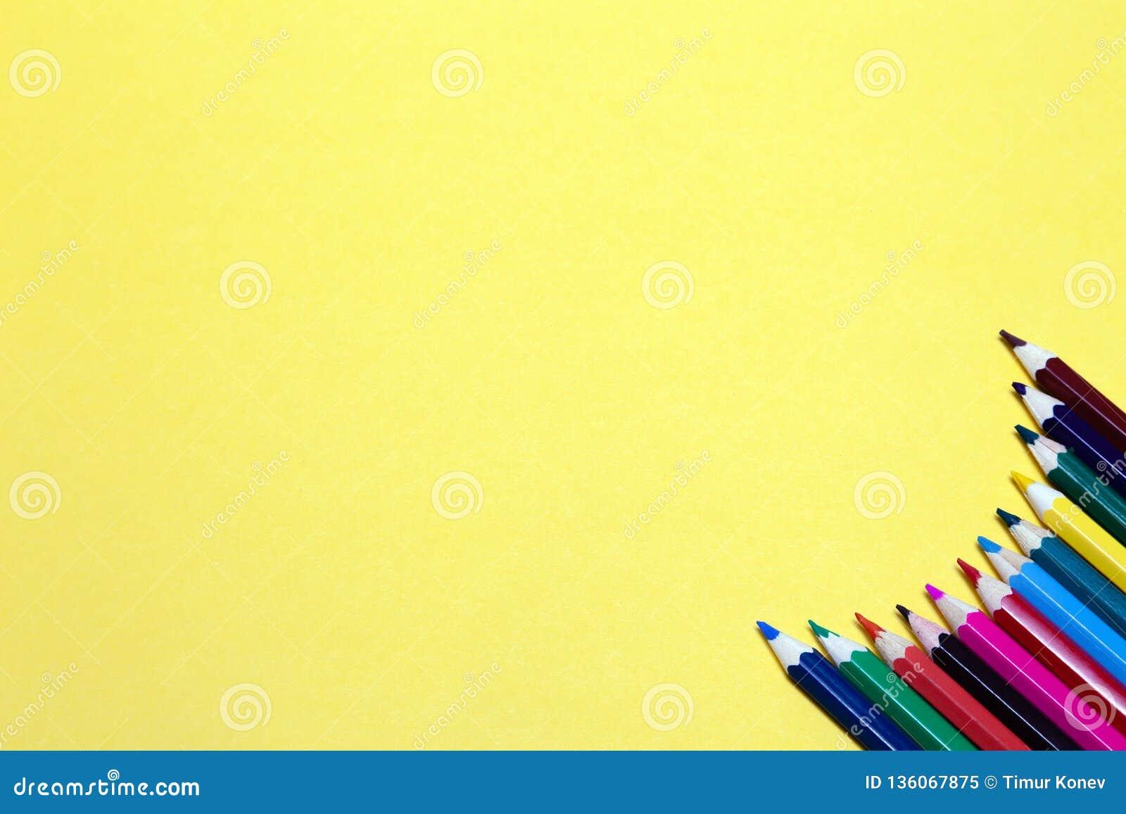 Lápis coloridos sem emenda do arco-íris alinhados em torno do contorno, no fundo do rosa isolado Conceito do espaço livre, copysp