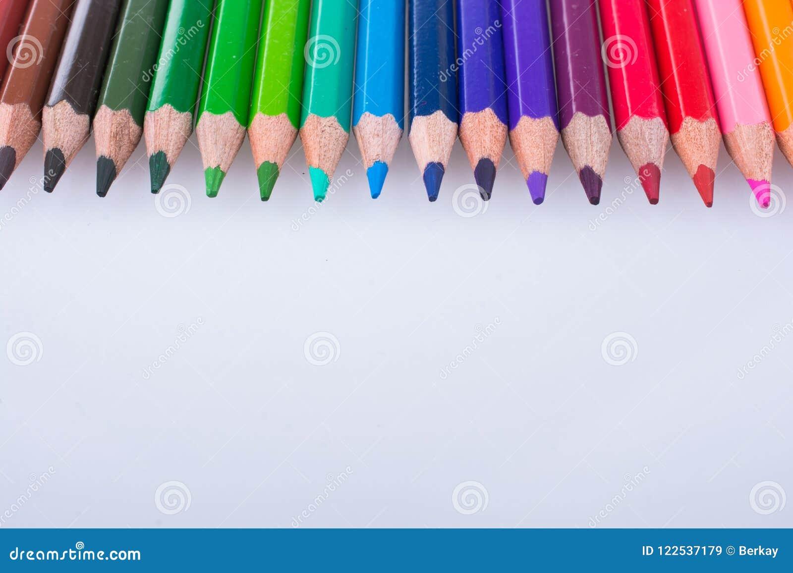 Lápis da cor colocados em um fundo branco