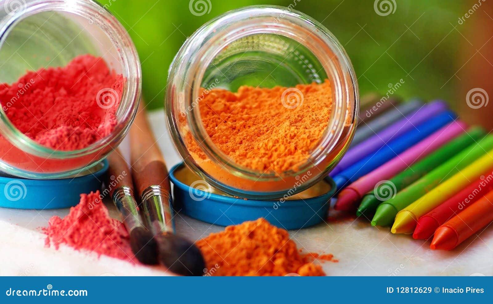 Lápis e escovas coloridos.