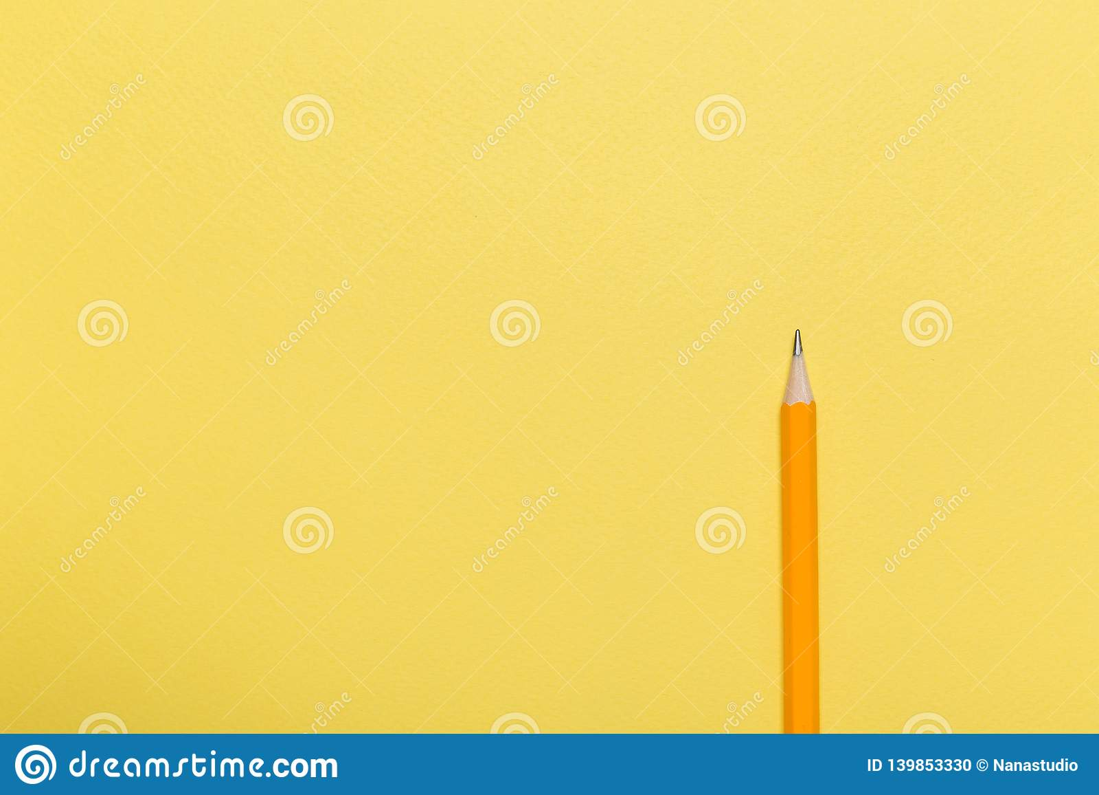 Lápis em um fundo amarelo Conceito