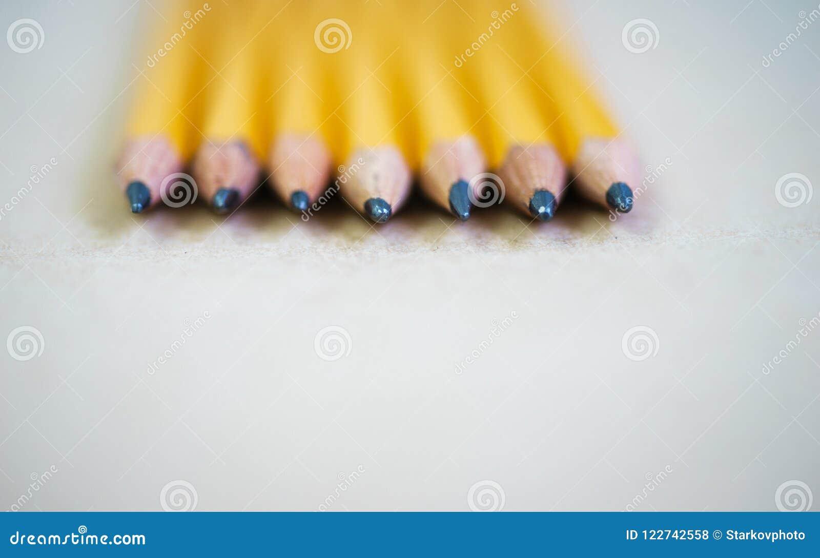 Lápis para esboçar no papel com espaço da cópia
