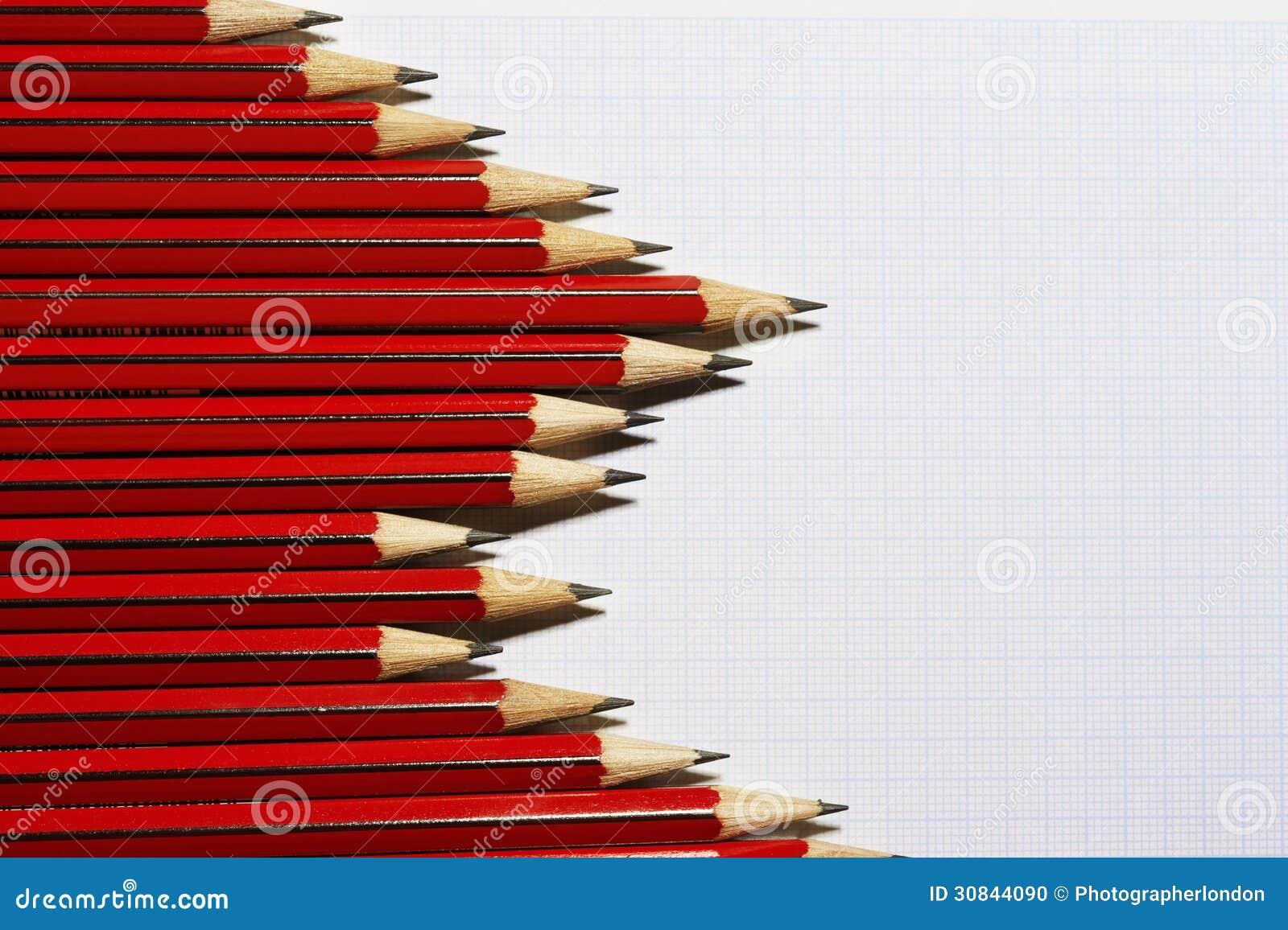 Lápis que formam o teste padrão do gráfico de barra na opinião de papel de gráfico de cima de