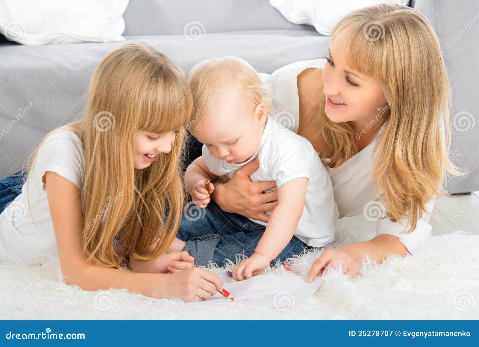 Lápiz del color de la madre y del drenaje de los niños en casa