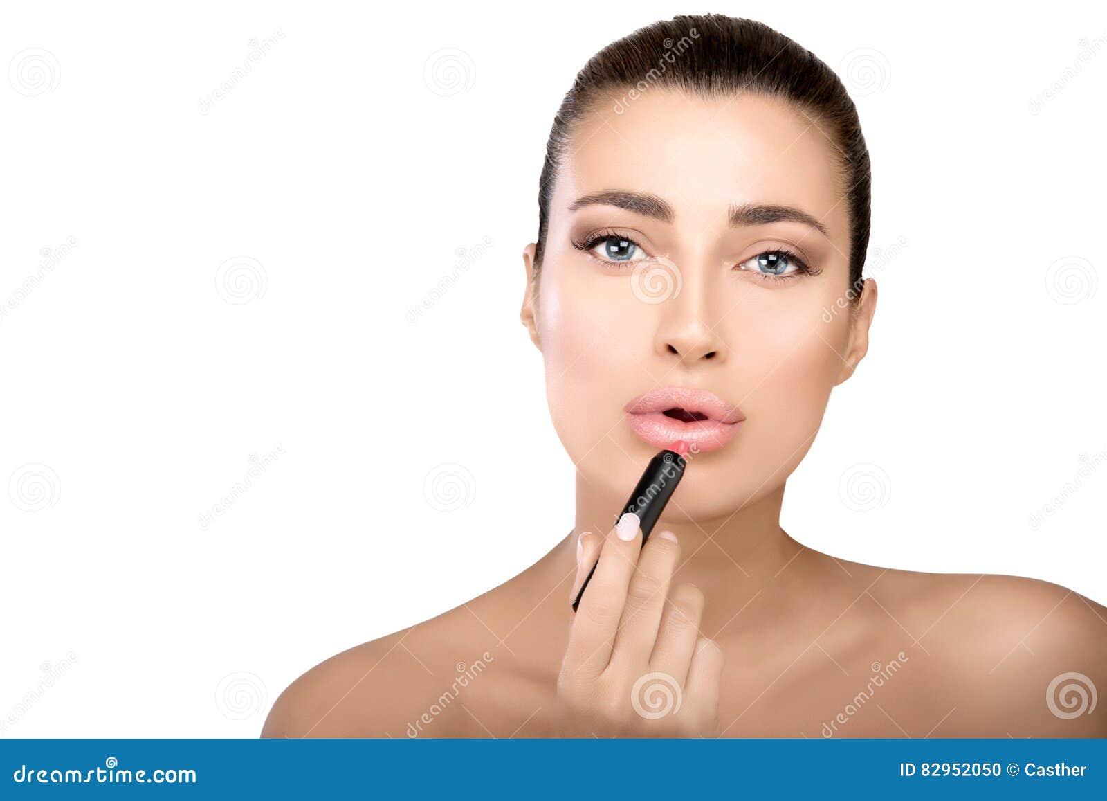 Lápiz Labial De Aplicación Modelo De La Belleza A Sus Labios Foto de ...
