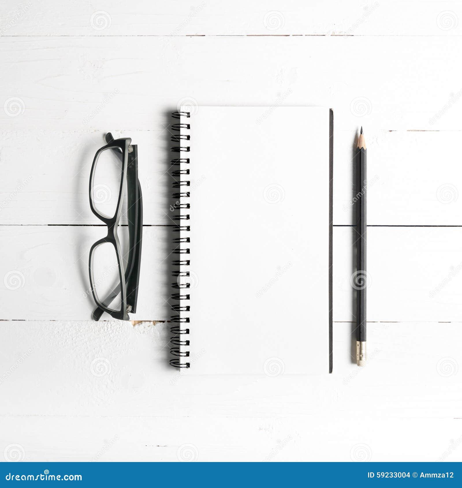 Lápiz y libreta con las lentes
