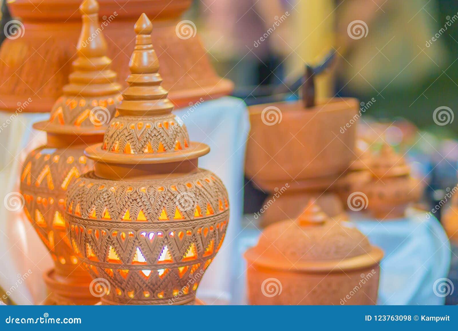 Lâmpada cerâmica da argila feito a mão bonita em testes padrões tailandeses do estilo do ` s Lâmpada da cerâmica do produto de ce