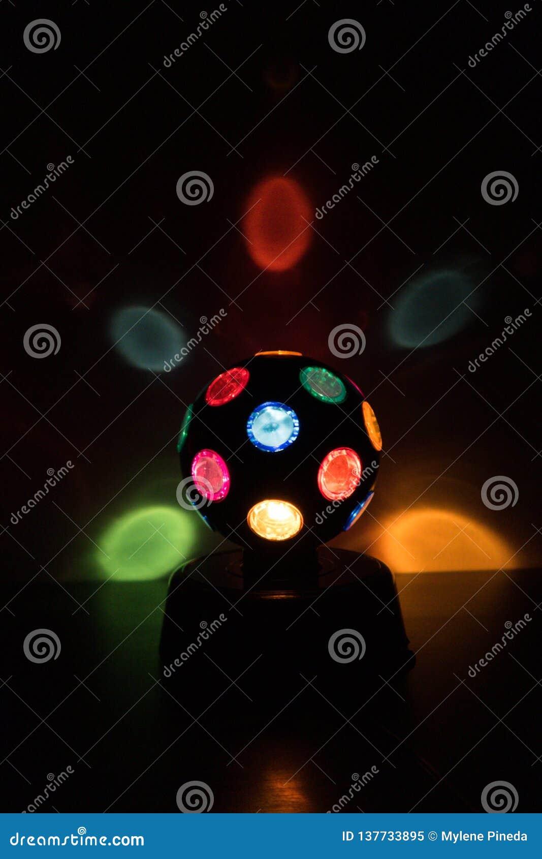 Lâmpada colorido da Disco-bola em um backgound preto