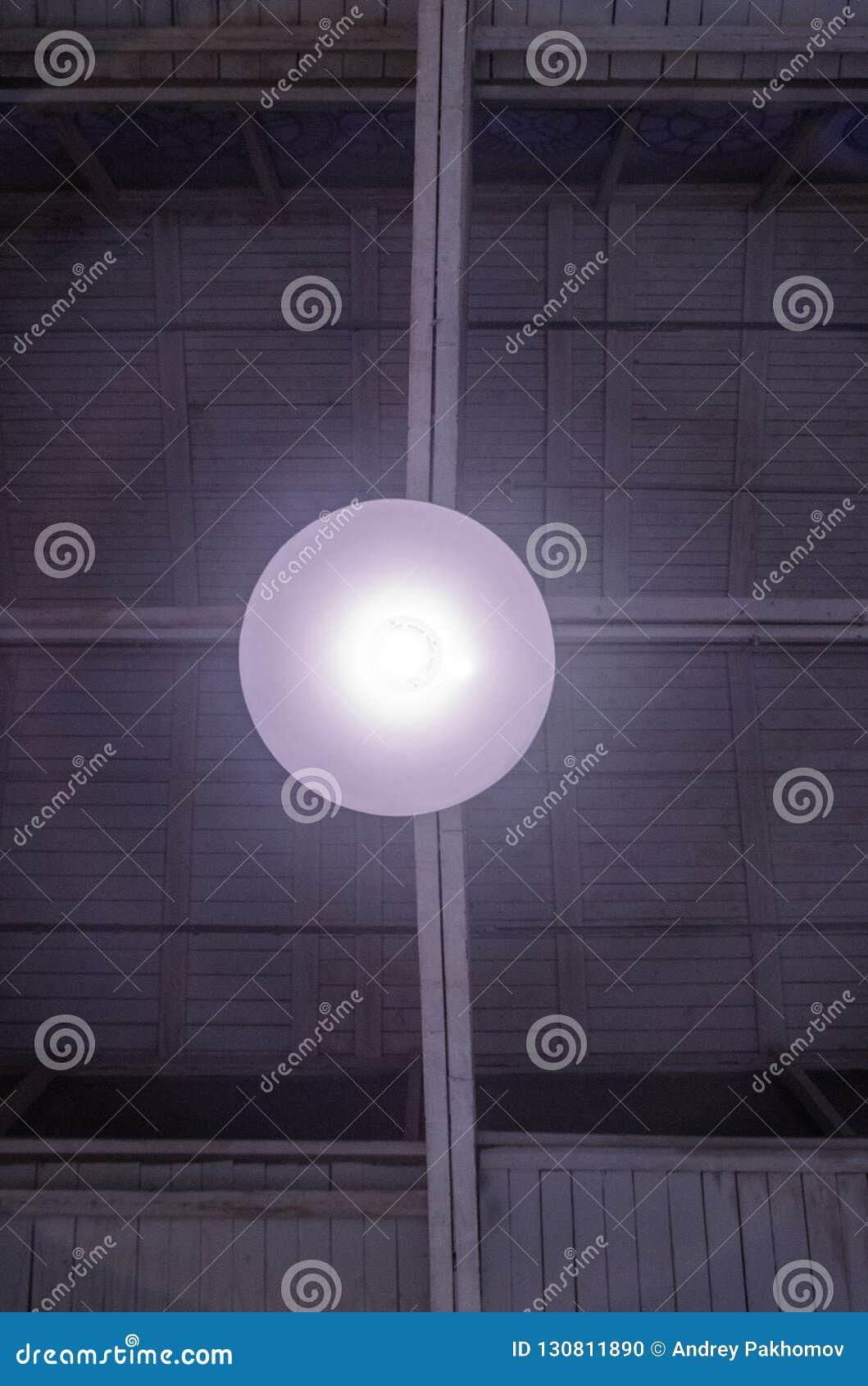 Lâmpada de incandescência da garagem sob o teto cores brancas cinzentas