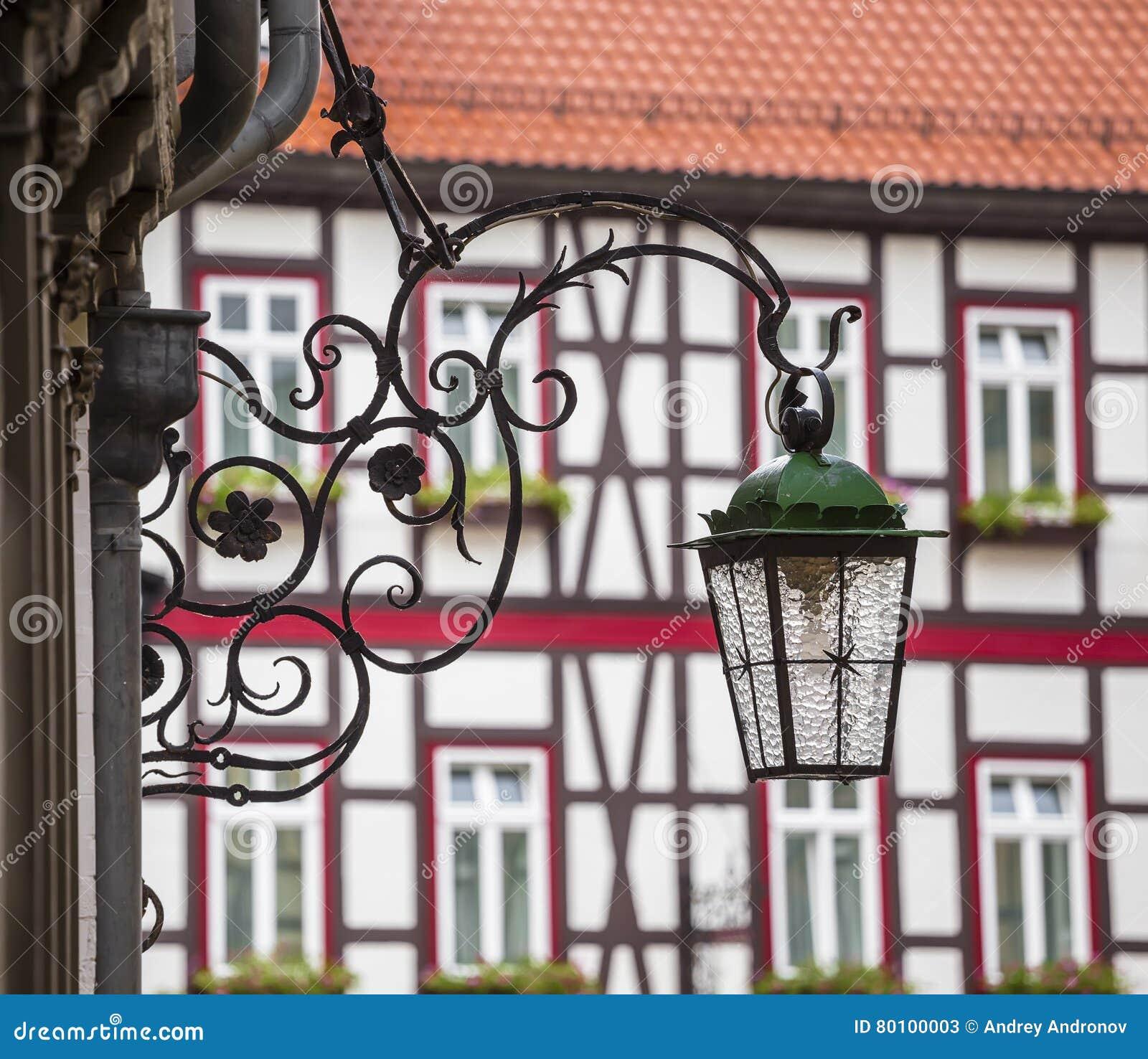 Lâmpada de rua em um suporte decorativo bonito