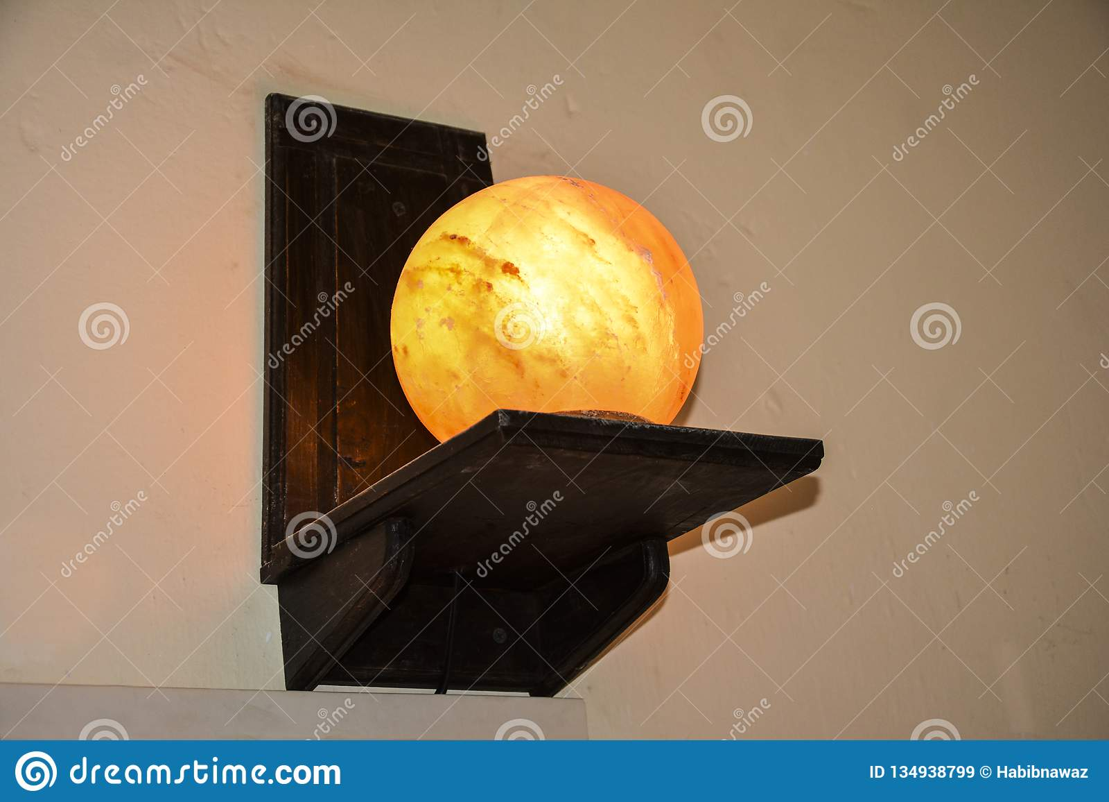 Lâmpada de sal da bola nos suportes de prateleira de madeira | Sal Himalaia