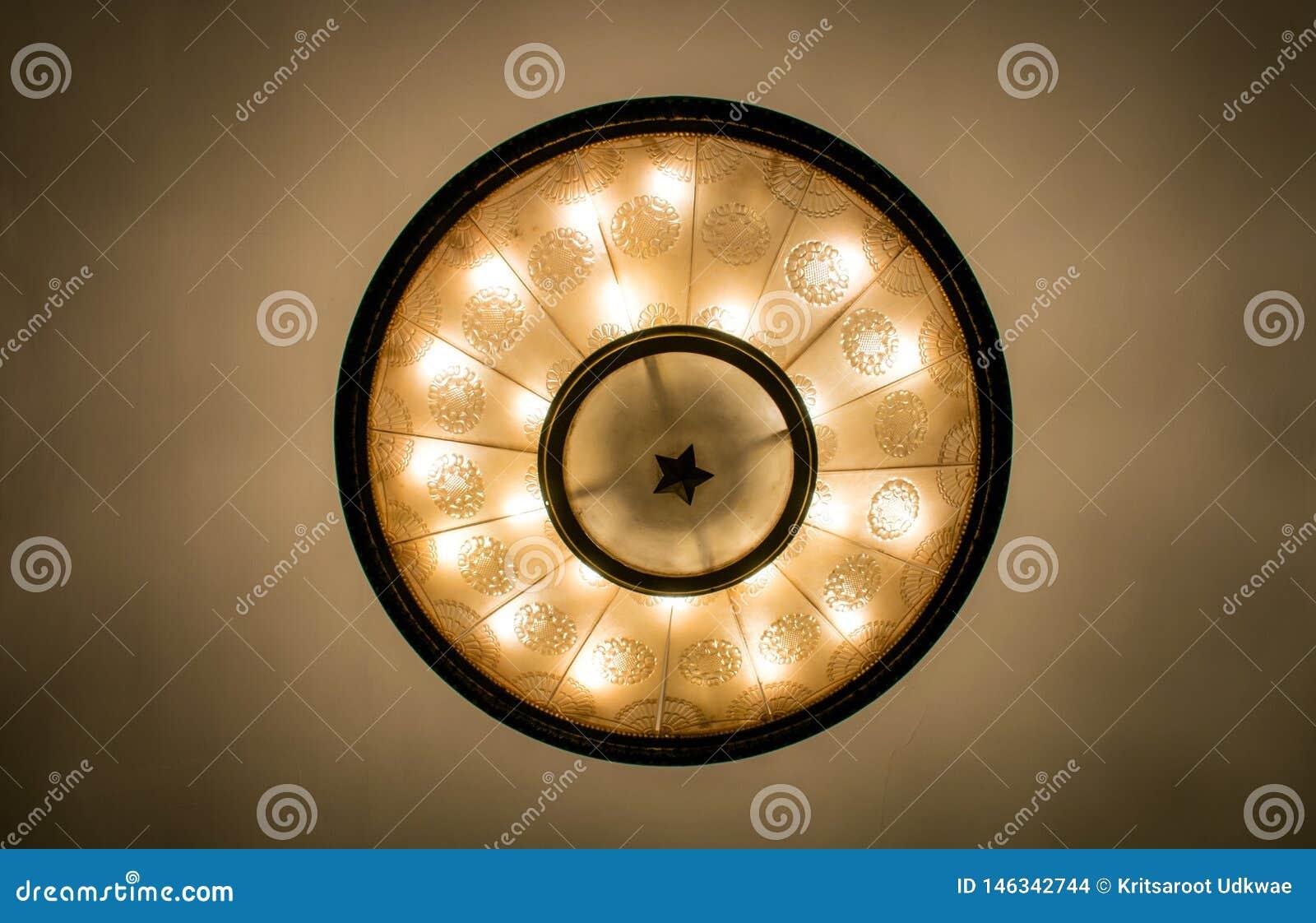 A lâmpada do teto da estação de metro de Moscou em Moscou, Rússia