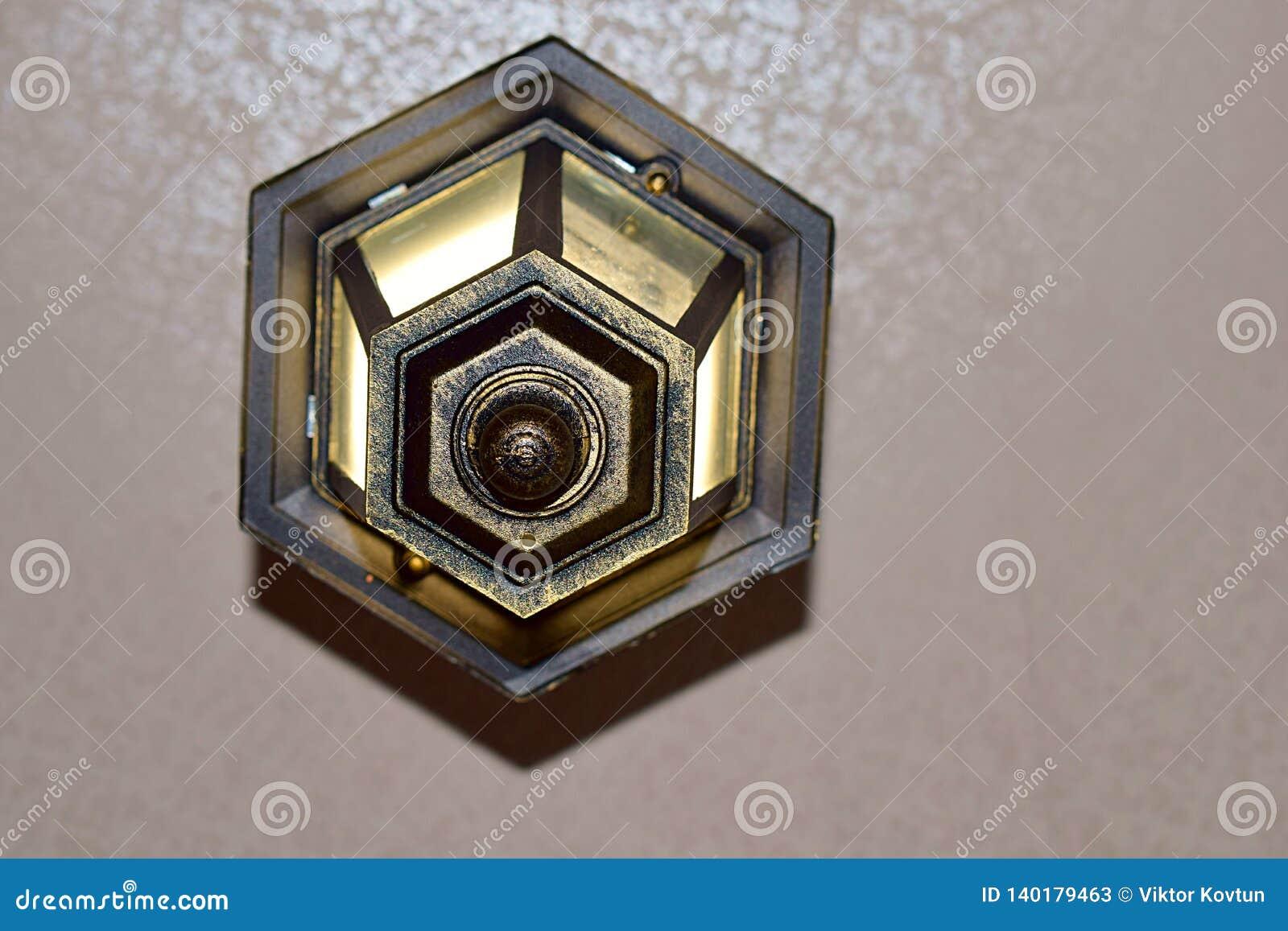 Lâmpada no teto com alargamentos claros