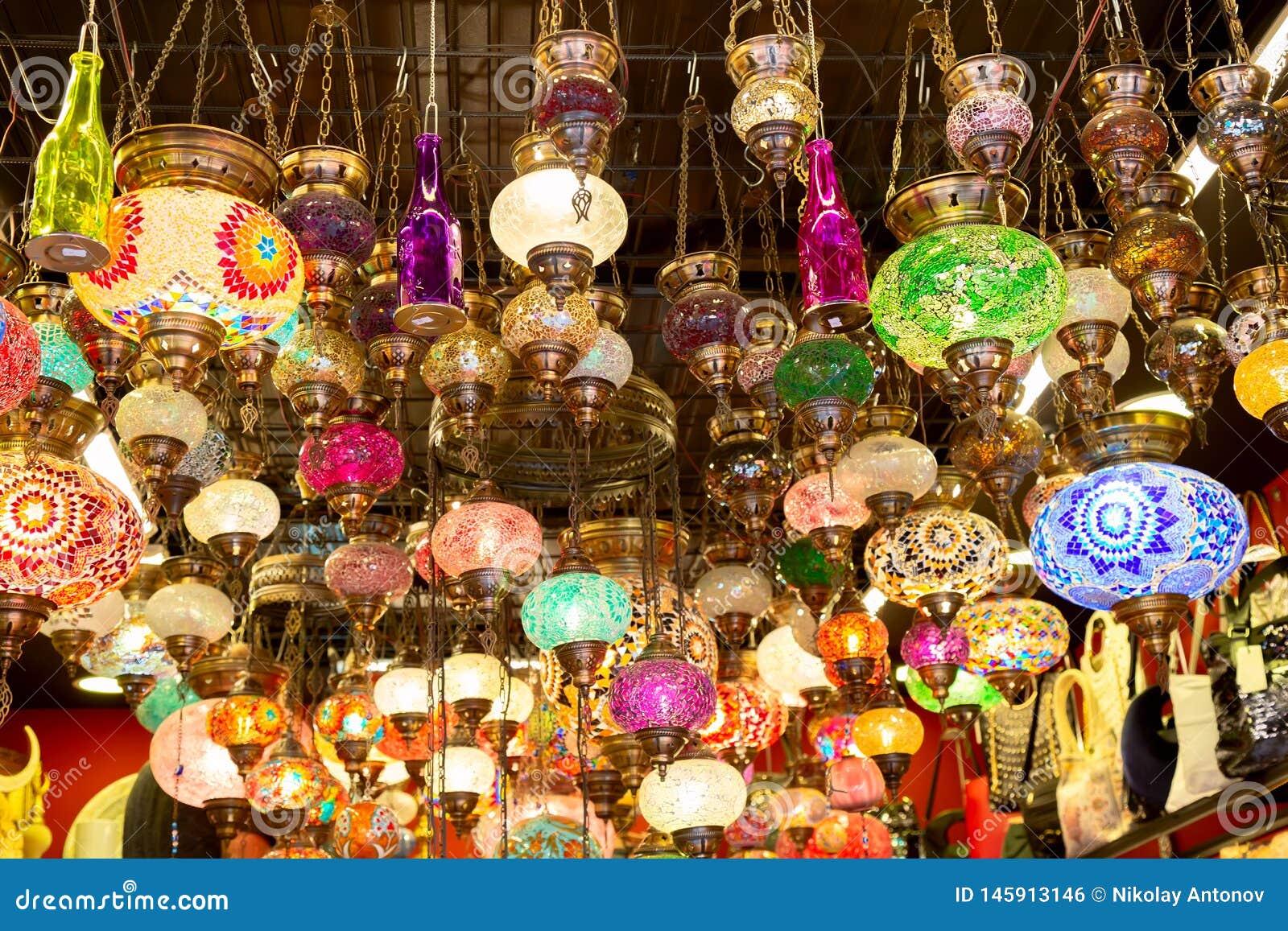 Lâmpadas coloridas do otomano do mosaico do bazar grande em Istambul, Turquia Mercado das lanternas em Istambul