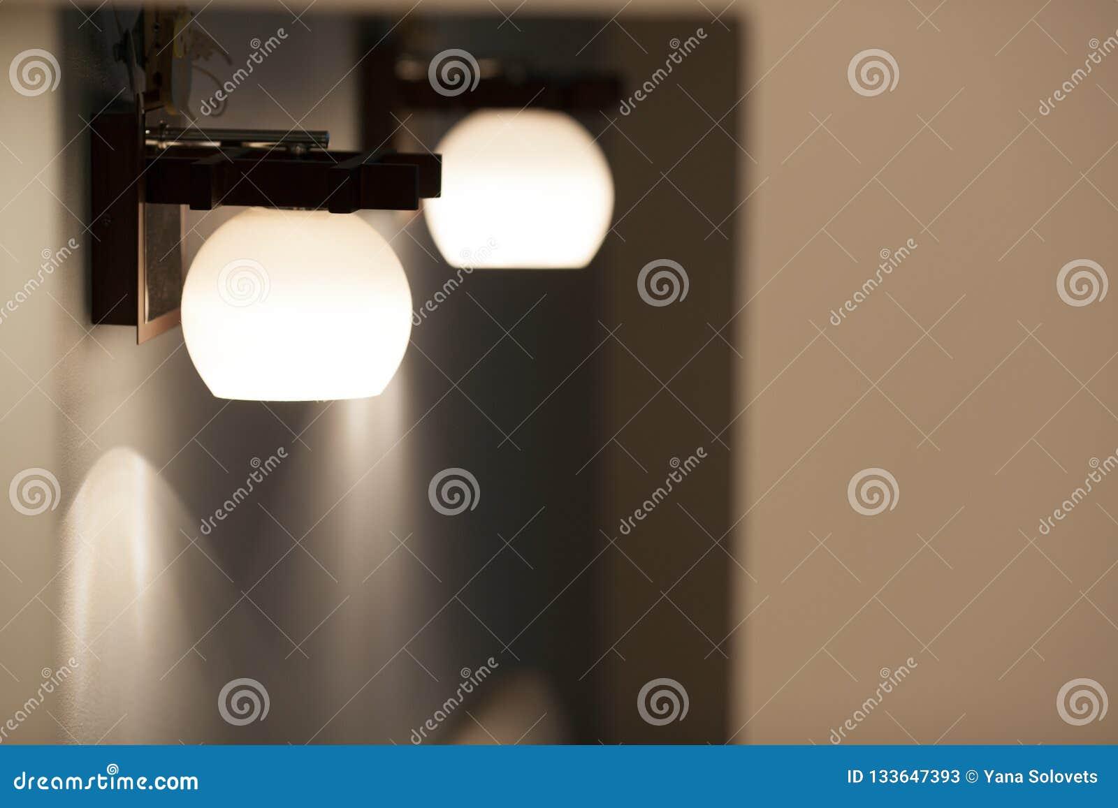 Lâmpadas de parede com máscara branca