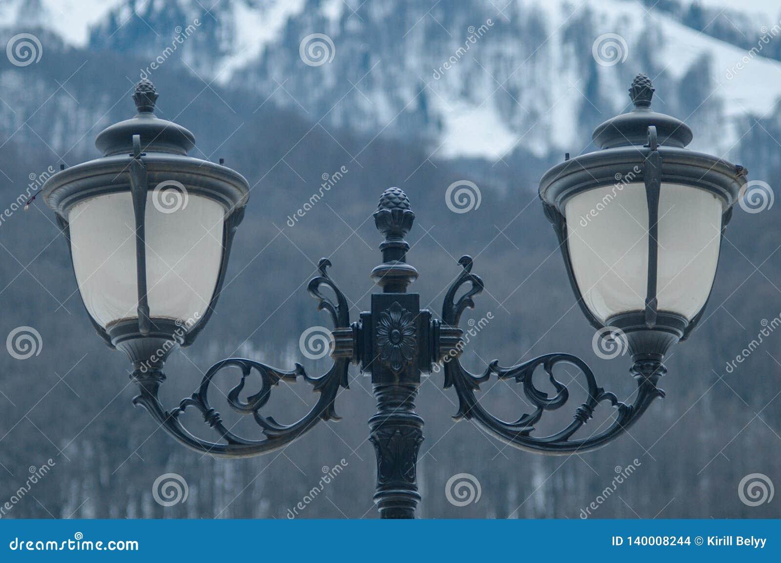 Lâmpadas de rua no fundo das montanhas