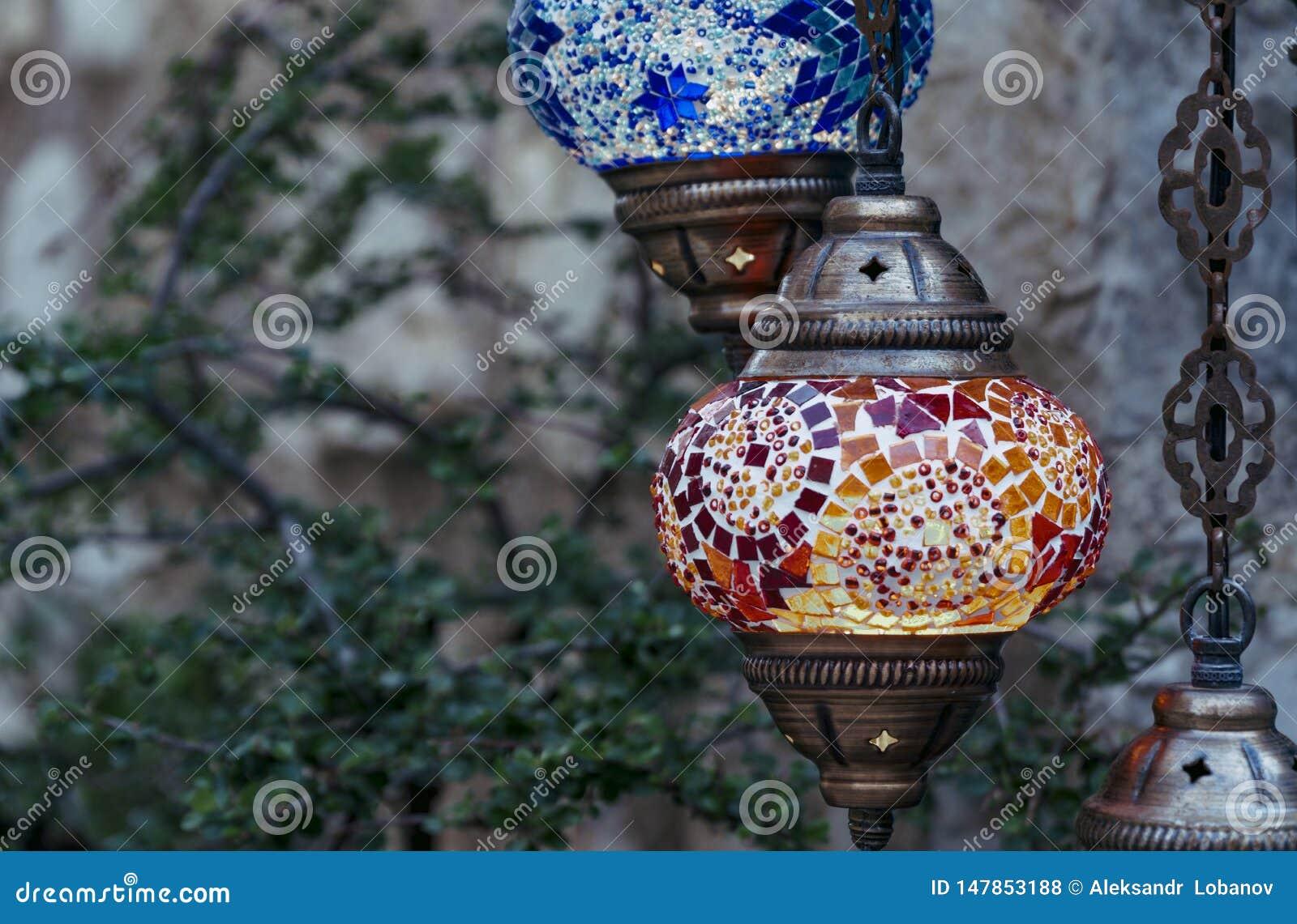 Lâmpadas turcas vermelhas e azuis