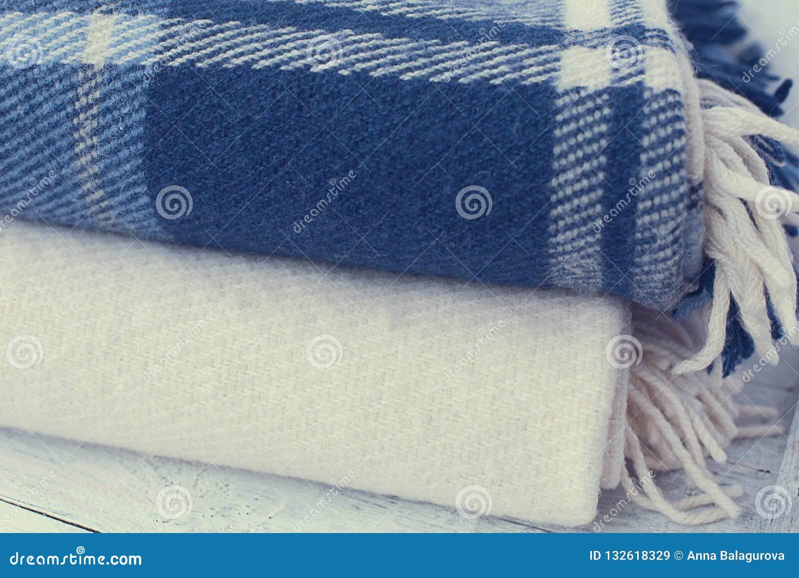 A lã morna cobre azul e branco