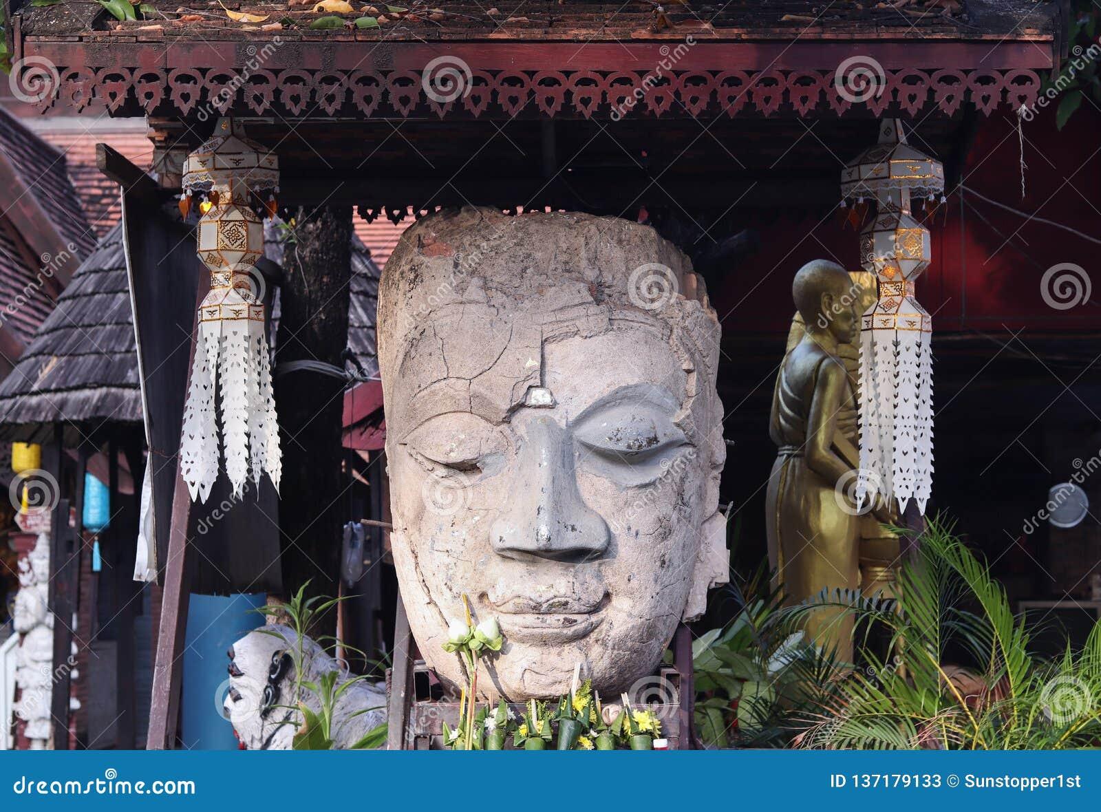 Lächeln Buddha stellt in einem Tempel gegenüber
