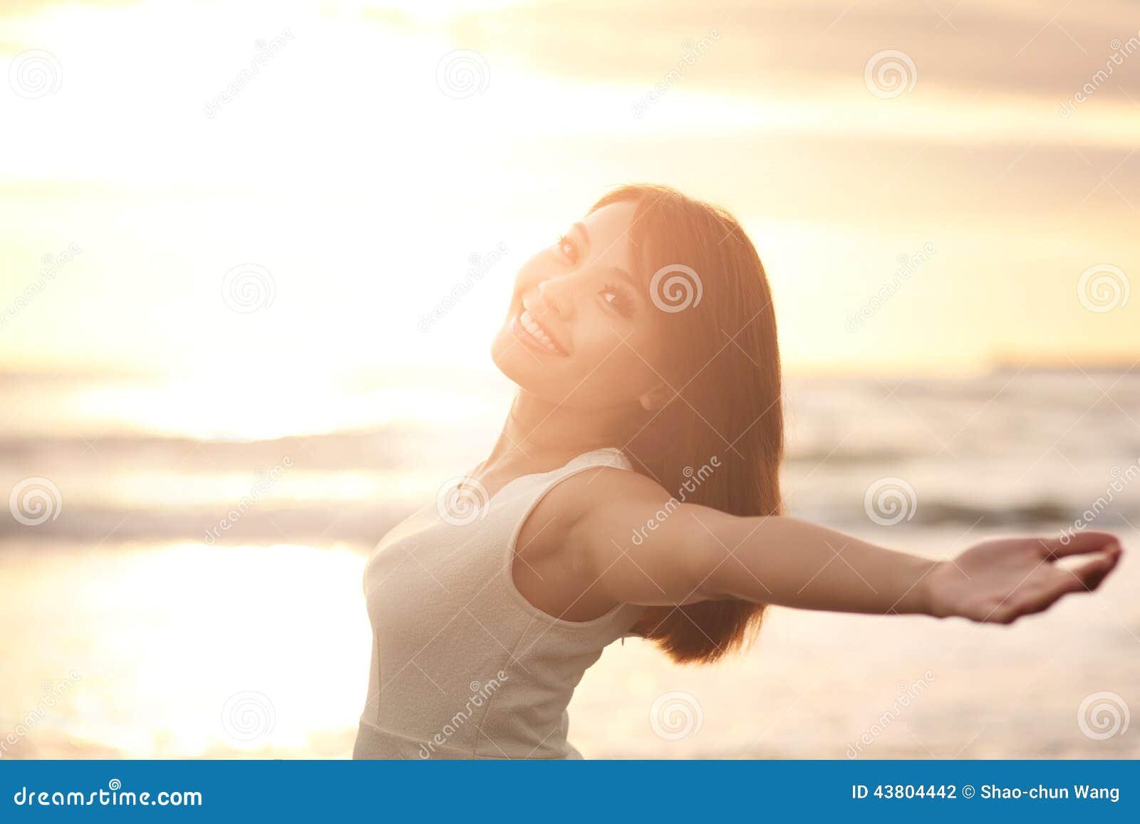 Lächeln frei und glückliche Frau