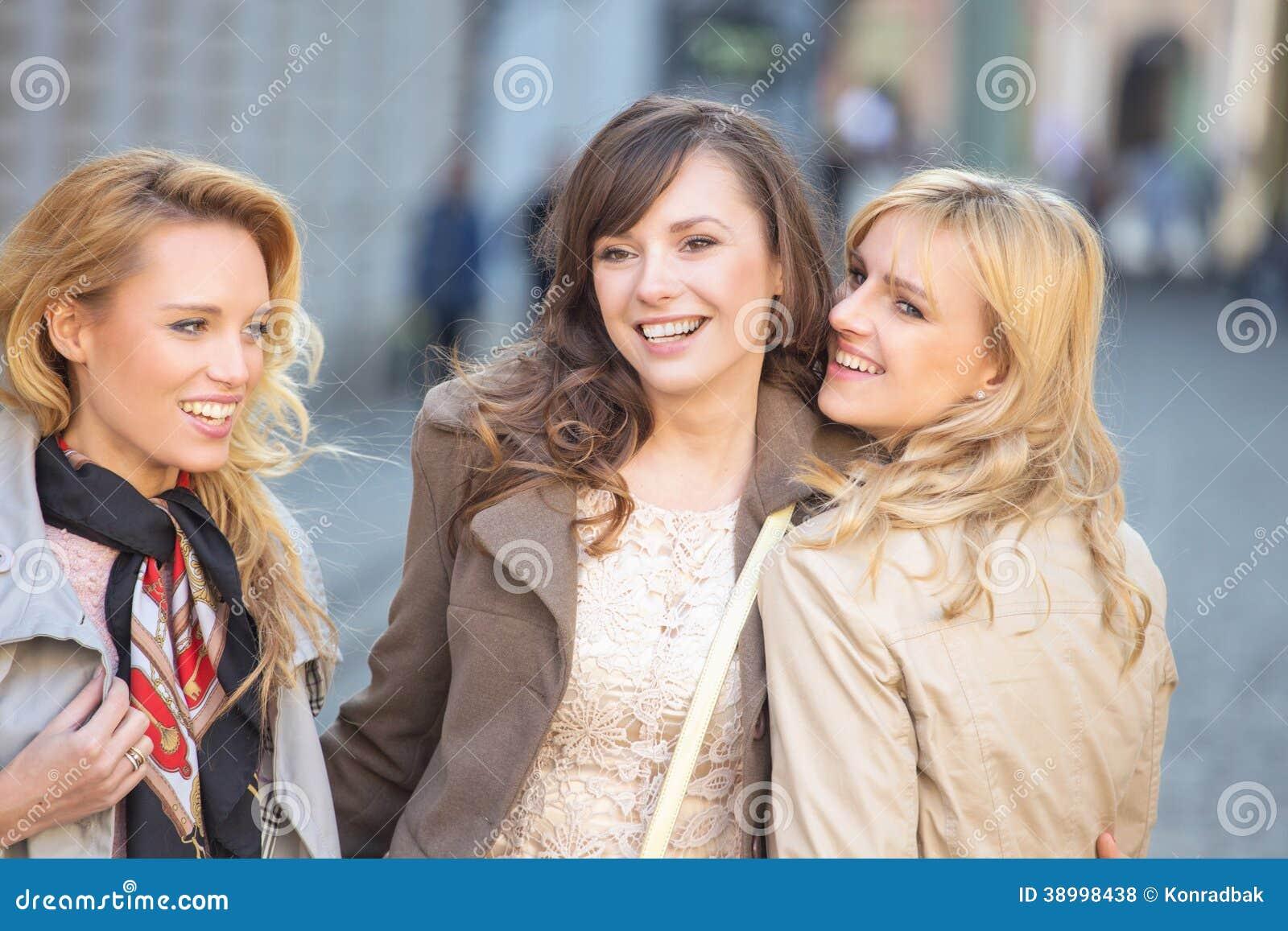Lächeln mit drei junges schönes Damen
