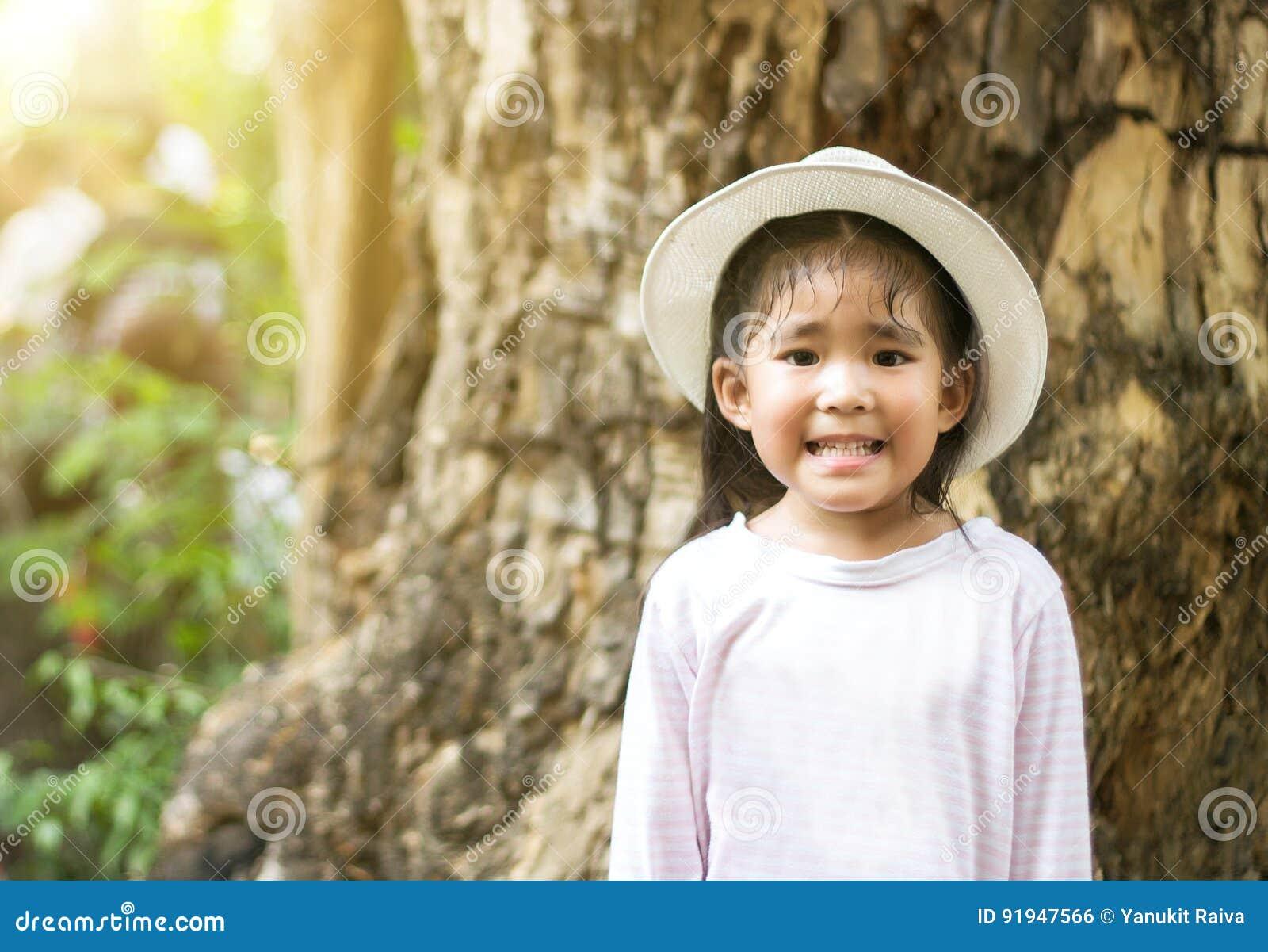 Lächeln mit müdem im Freien