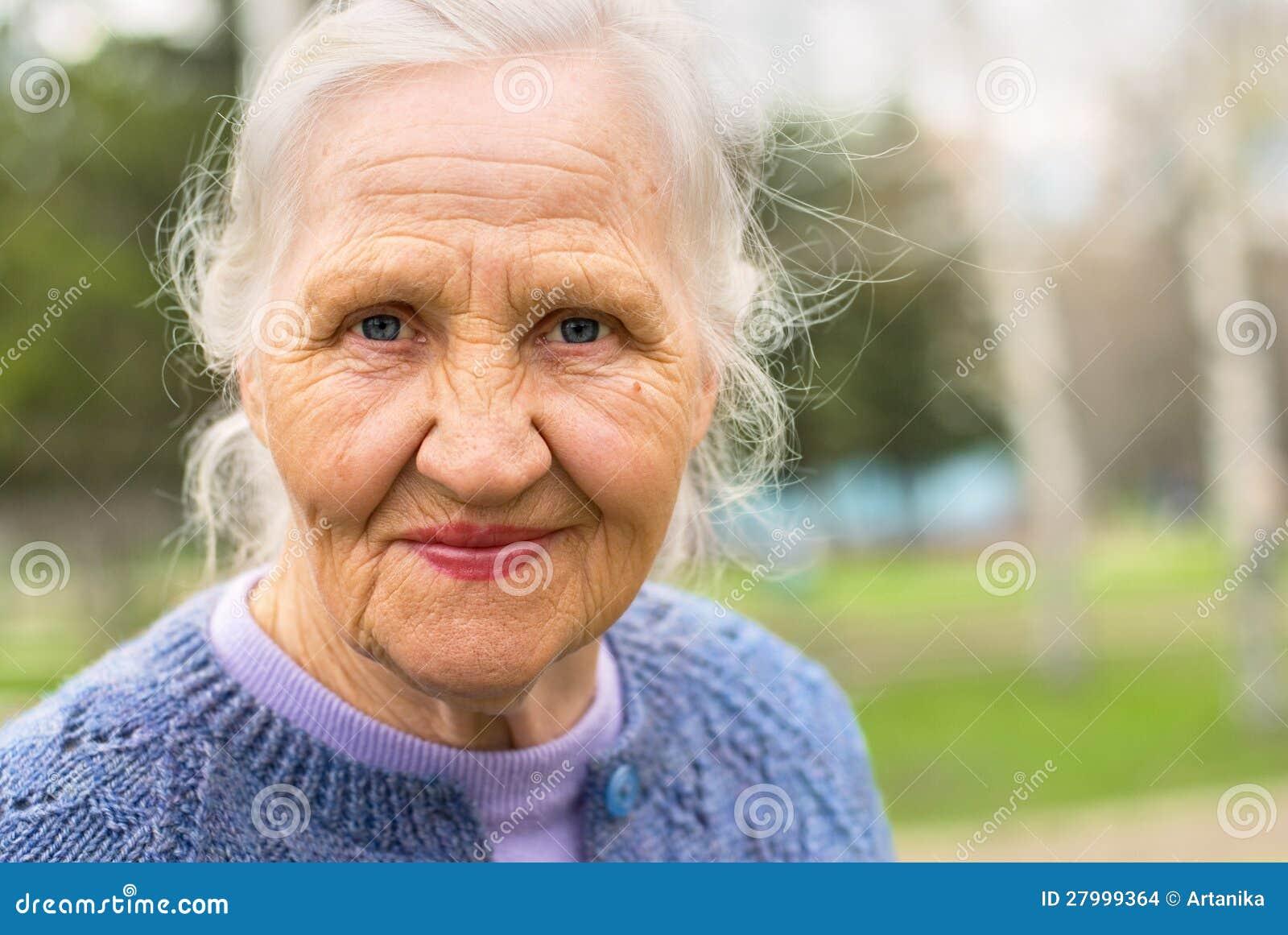 Lächelnde ältere Frau des Porträts