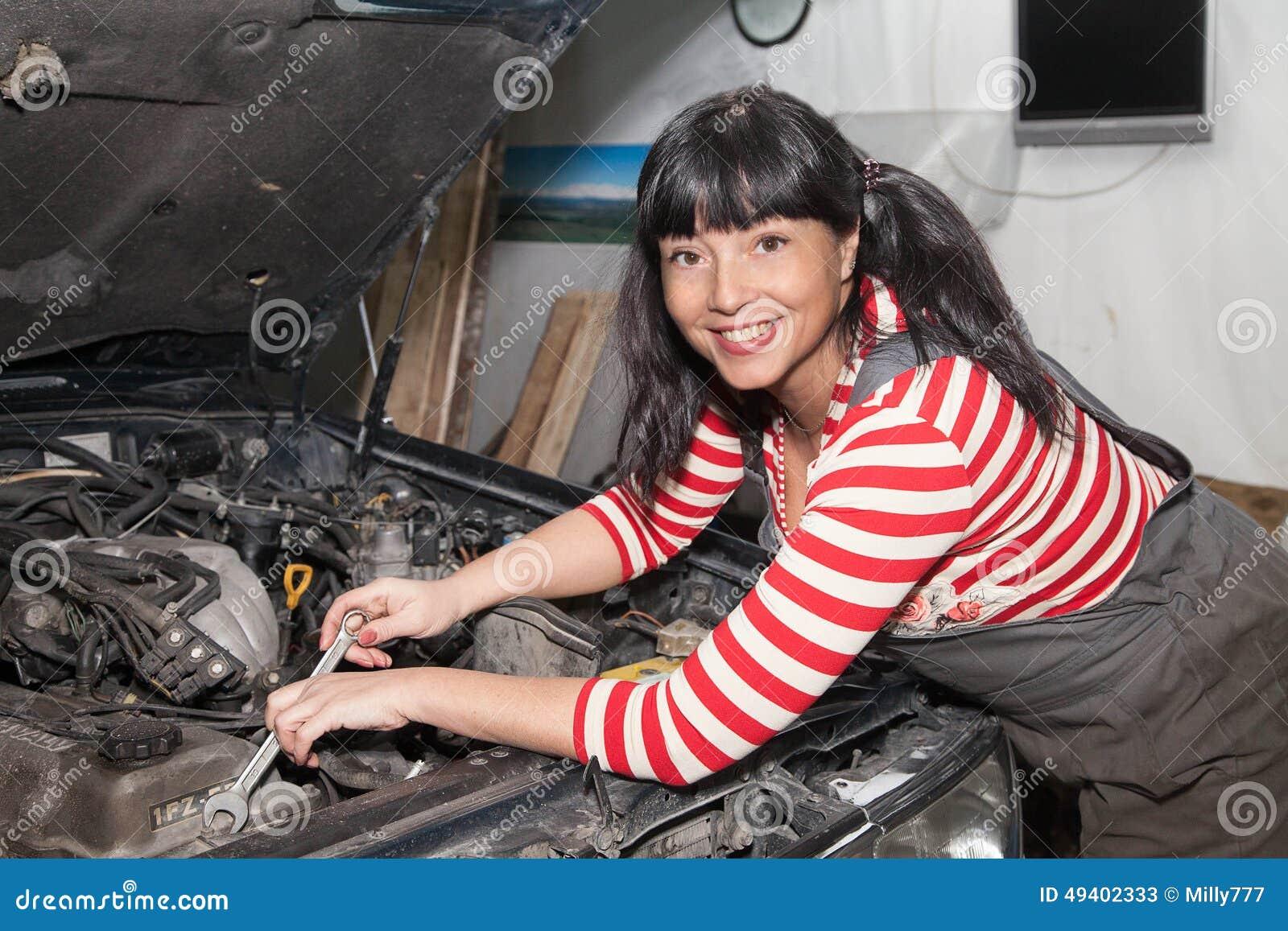 Download Lächelnde Arbeitnehmerin, Die Ein Auto Repariert Stockbild - Bild von probleme, betriebsart: 49402333