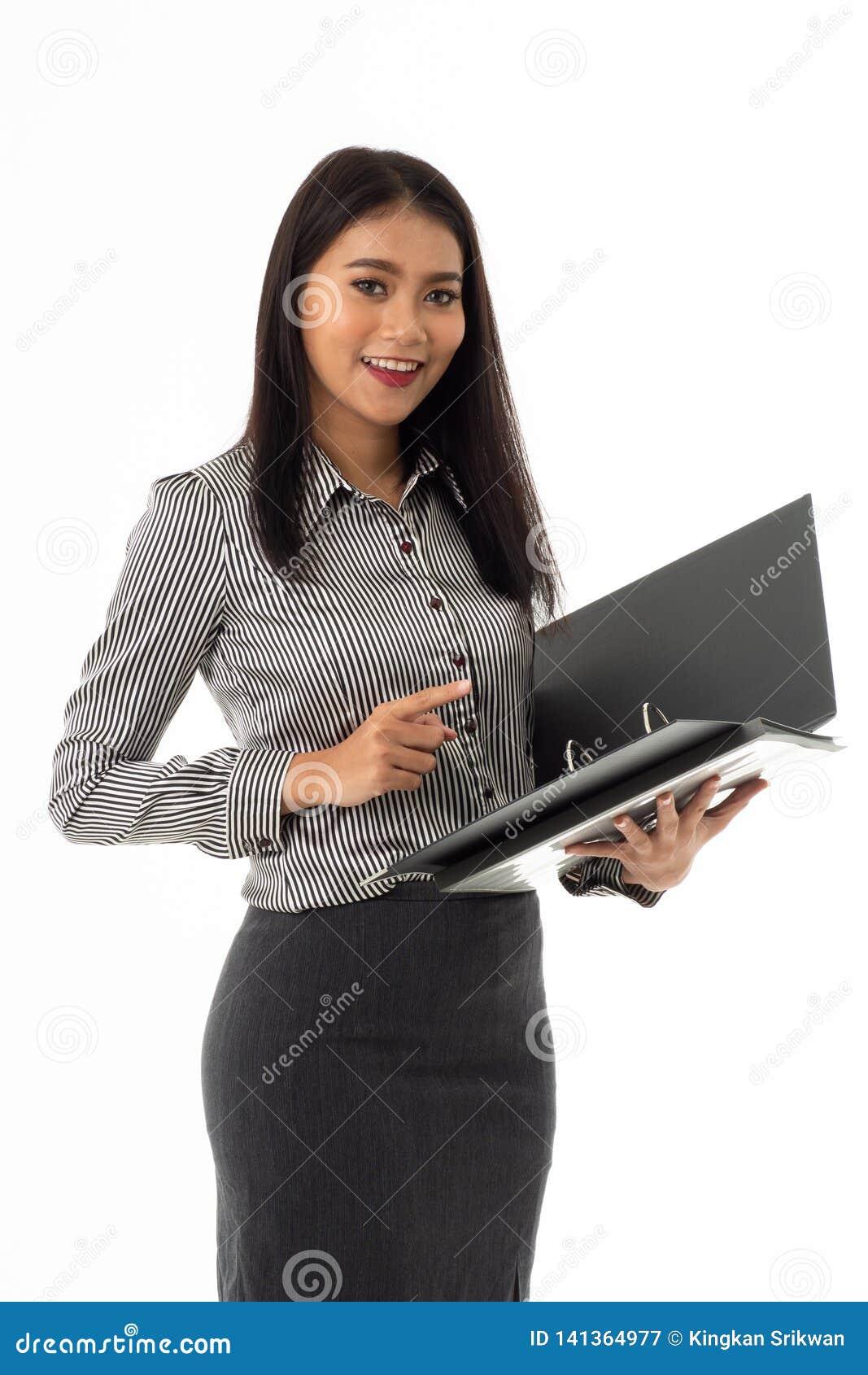 Lächelnde asiatische junge Dame, die Belegdateiordner hält
