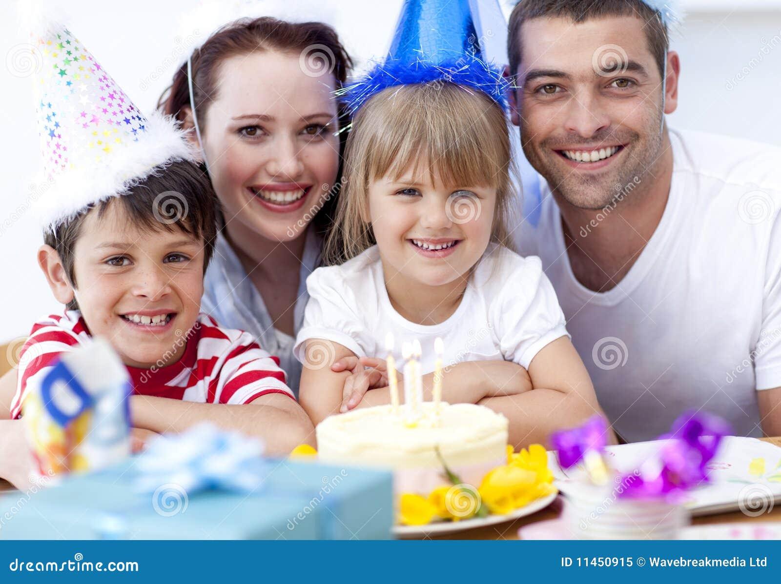 Lächelnde Familie, die einen Geburtstag feiert
