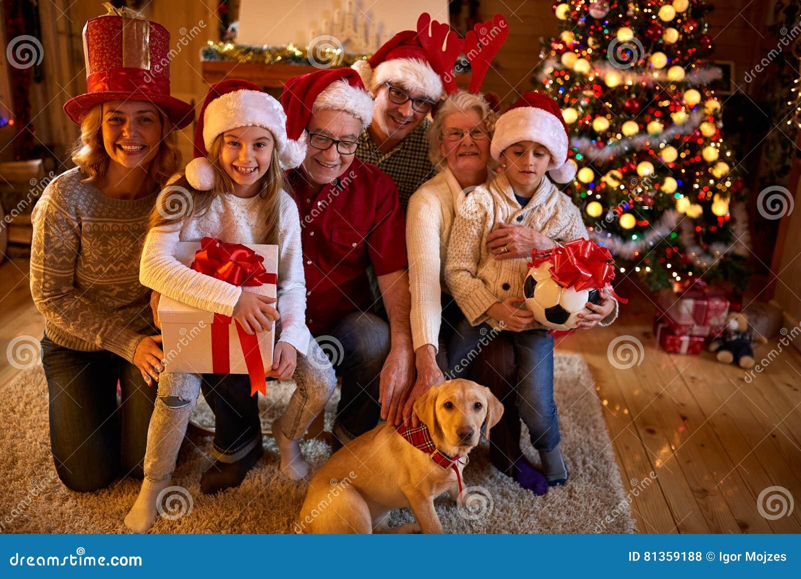 Lächelnde Familie Mit Geschenken Und Hund An Weihnachten Stockfoto ...