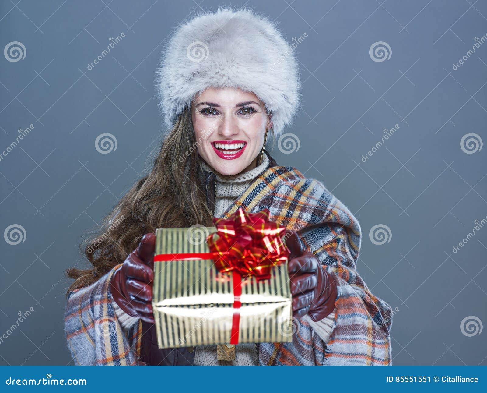 Lächelnde Frau auf dem kalten blauen Hintergrund, der anwesendes BO gibt