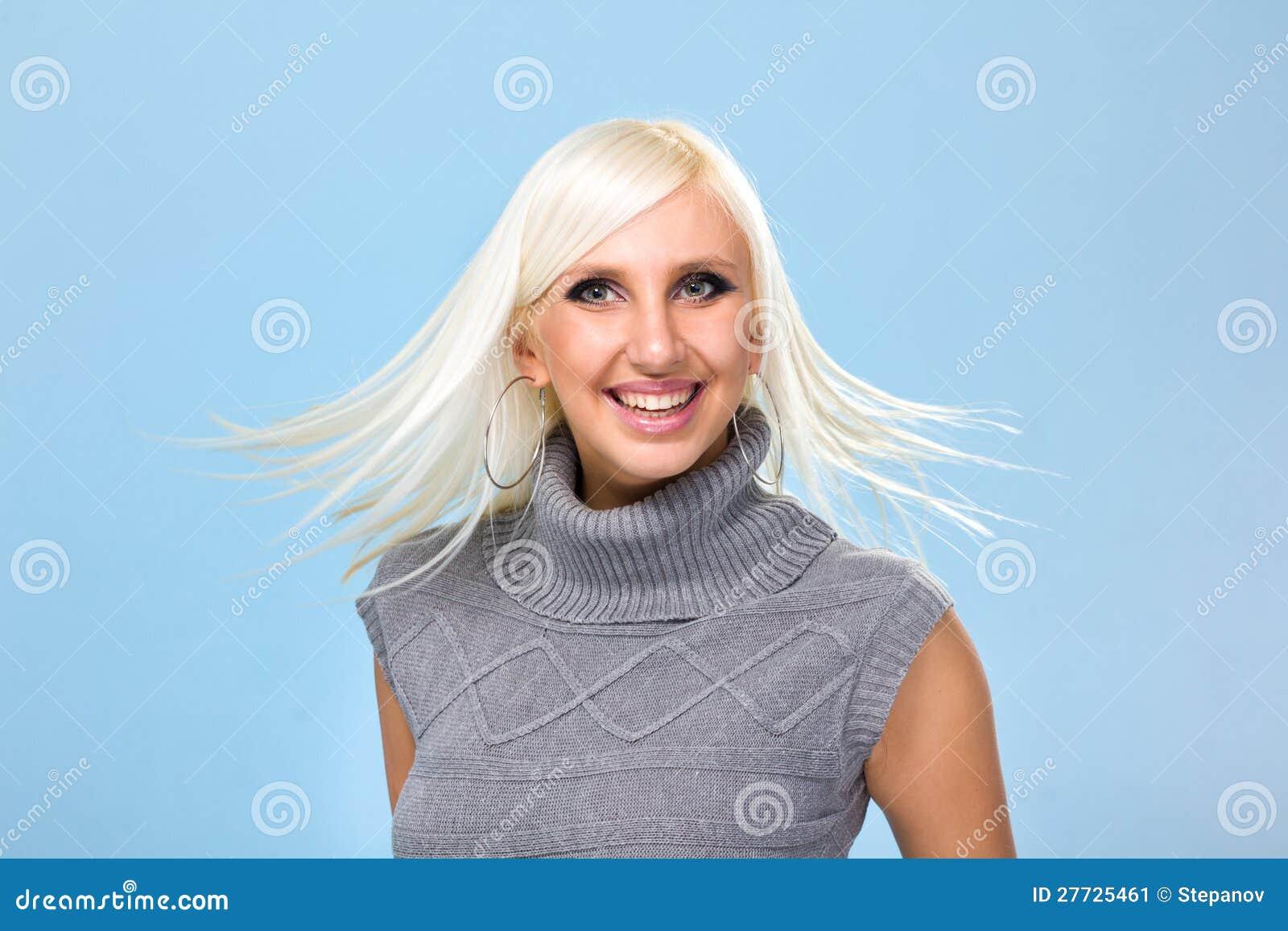 Lächelnde Frau mit dem Flugwesenhaar