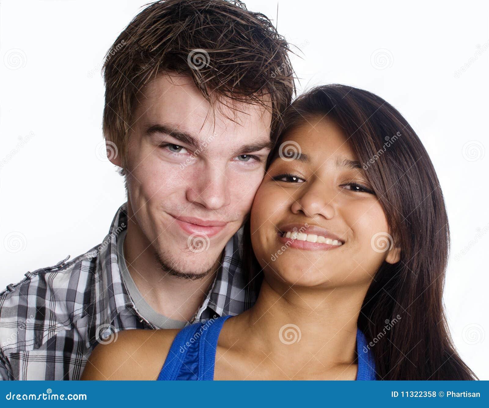 Lächelnde glückliche junge Paare