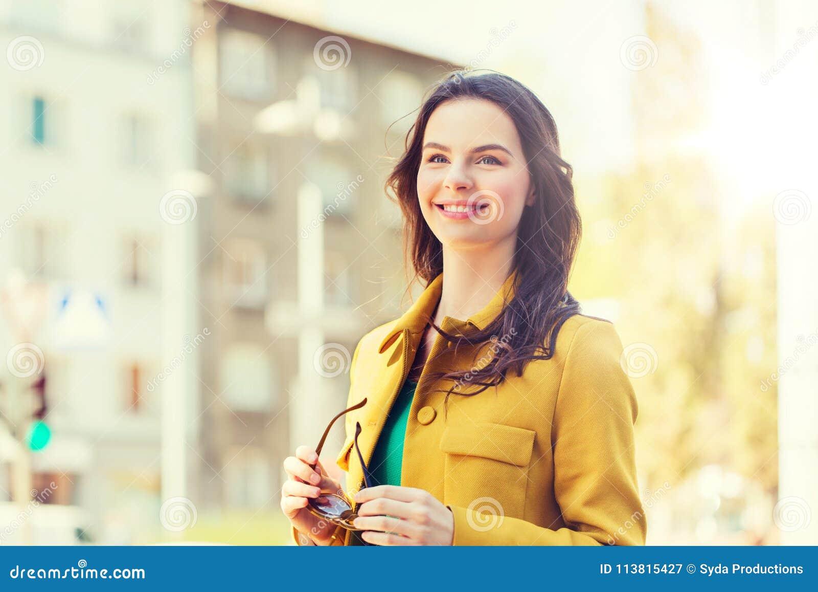 Lächelnde junge Frau in der Stadt