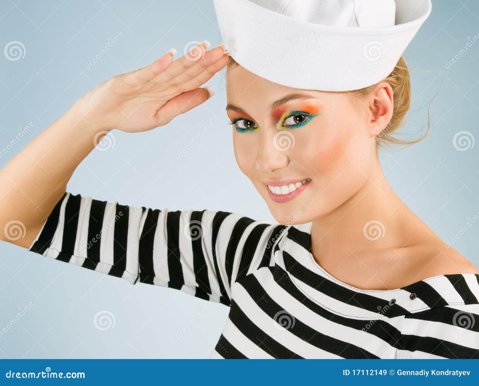 Lächelnde junge Frau mögen einen Seemann