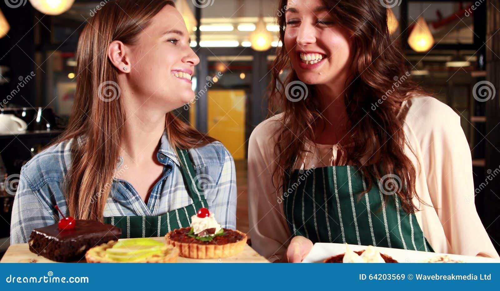 Lächelnde Kellnerinnen, Die Kuchen Zeigen Stock Video - Video von ...