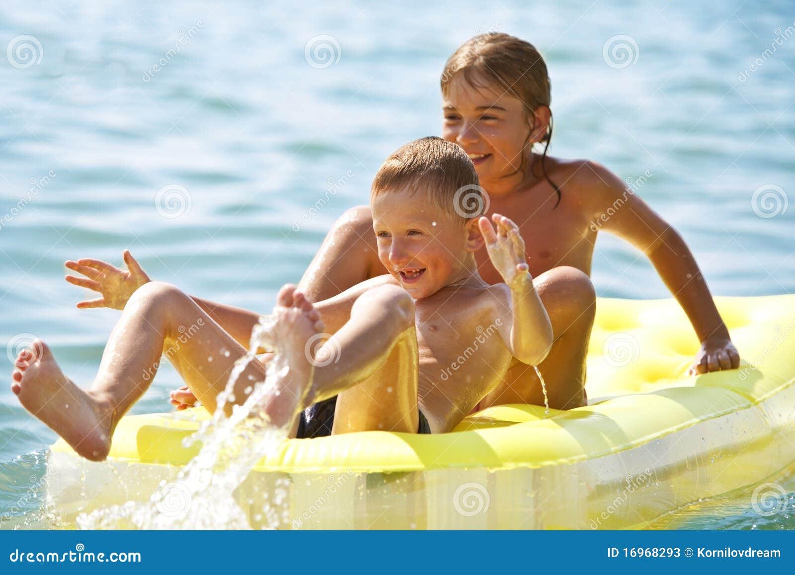 Lächelnde Kinder mit Luftbett