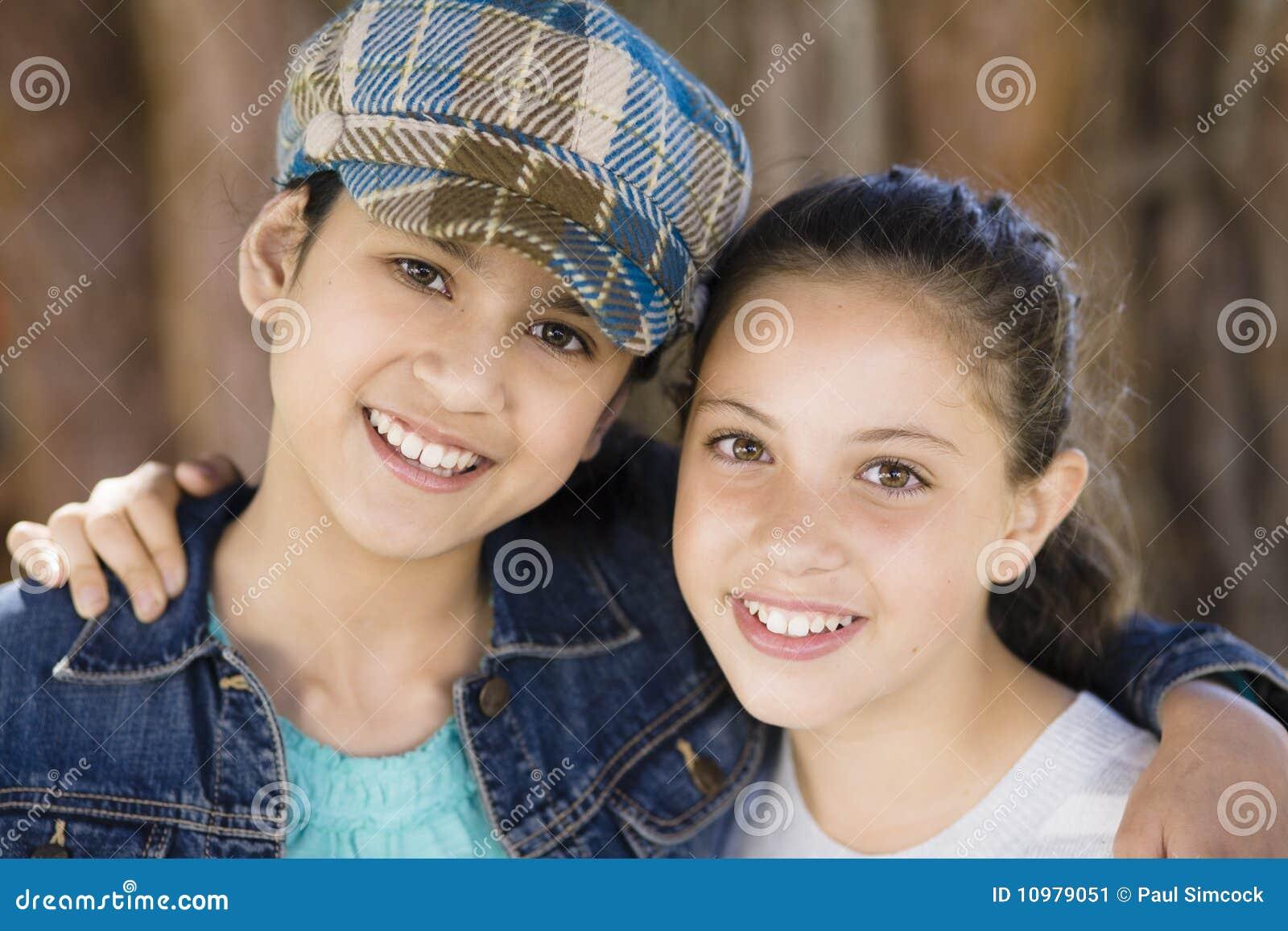 Lächelnde Mädchen draußen