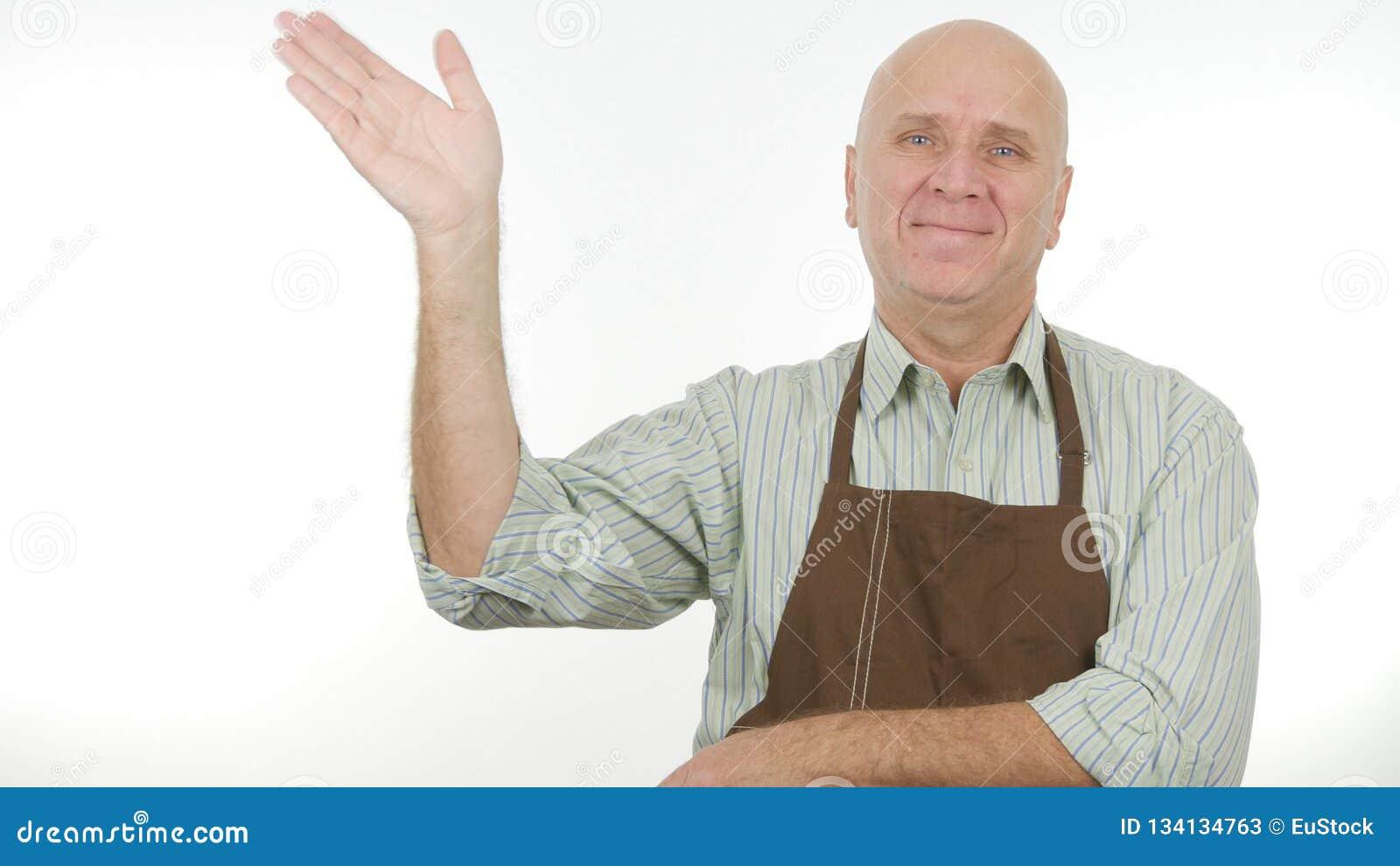 Lächelnde Person mit Schutzblech machen hallo Zeichen ein Gruß-Handzeichen