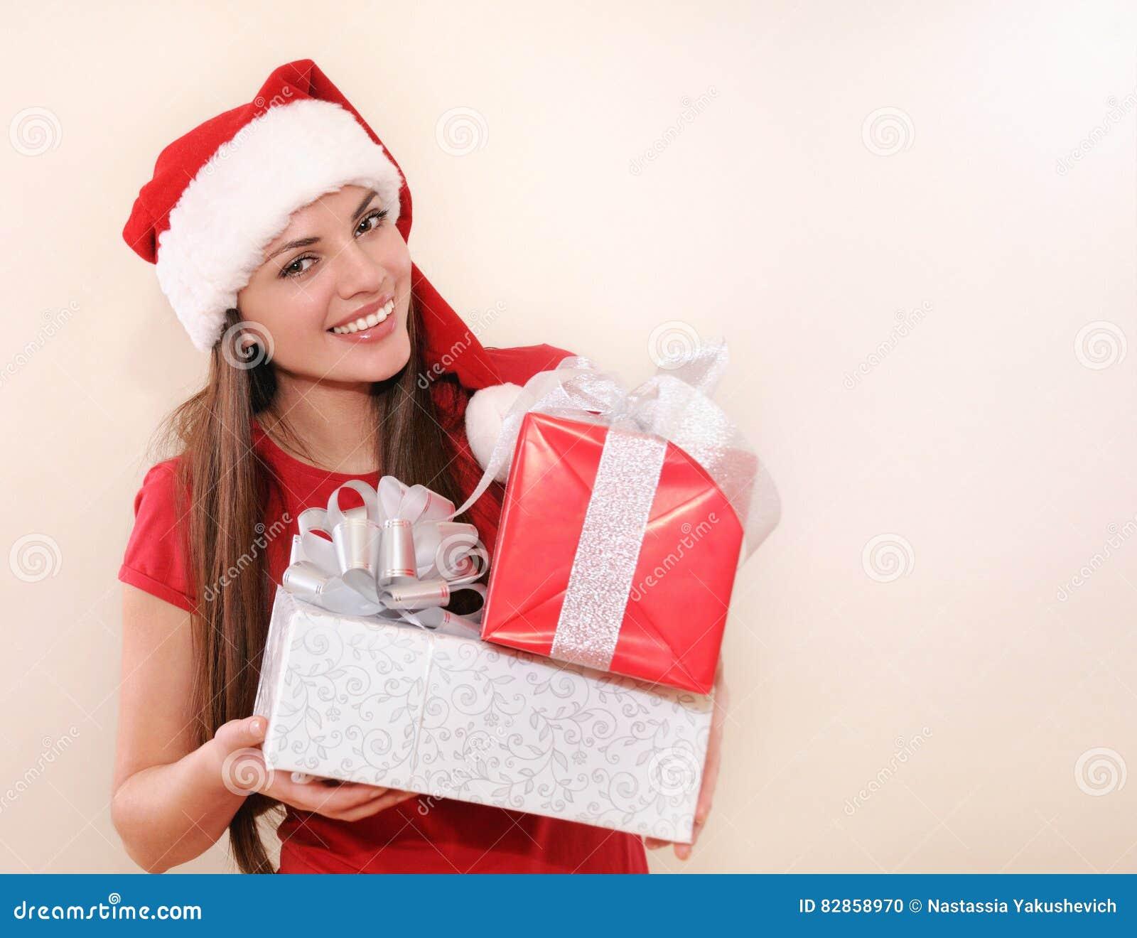 Lächelnde Schöne Junge Frau In Sankt-Hut Mit Geschenken Für ...