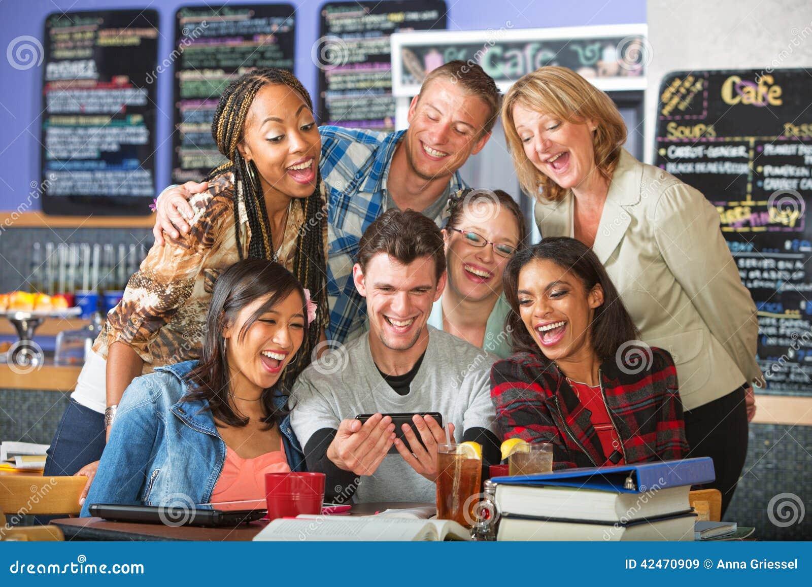 Lächelnde Studenten mit Kamera-Telefon