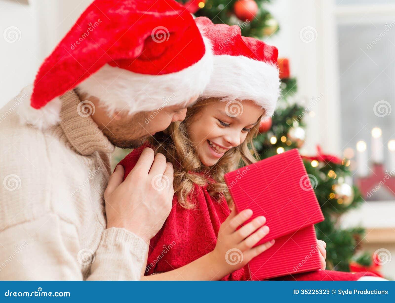 Lächelnde Vater- und Tochteröffnungsgeschenkbox