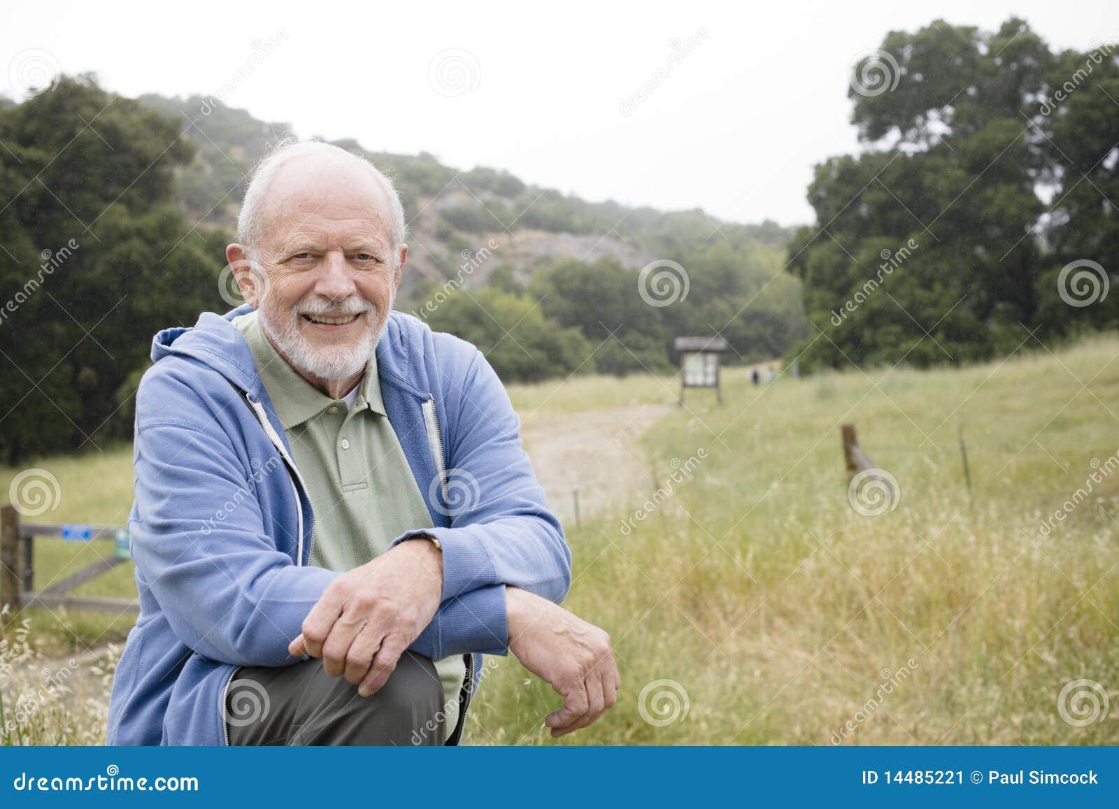 Lächelnder alter Mann in der Natur