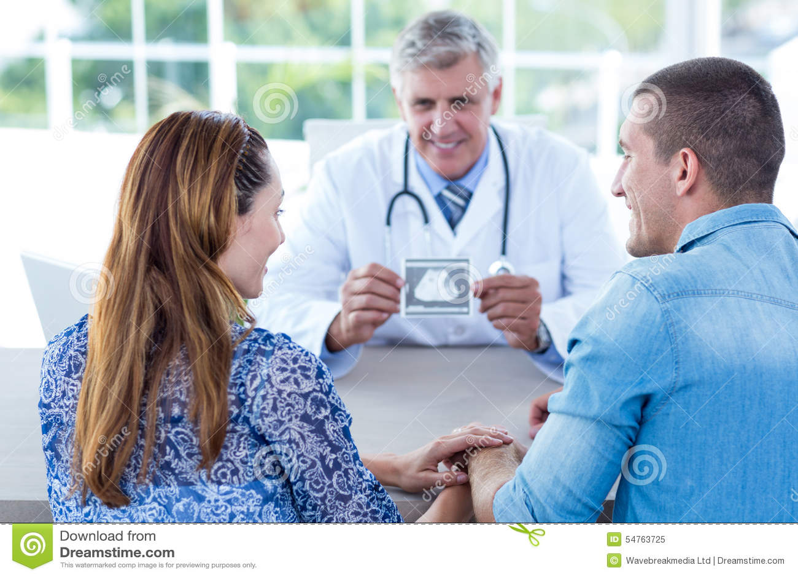 Lächelnder Doktor, Der Ultraschall Zeigt, Scannen Zu Den Paaren ...