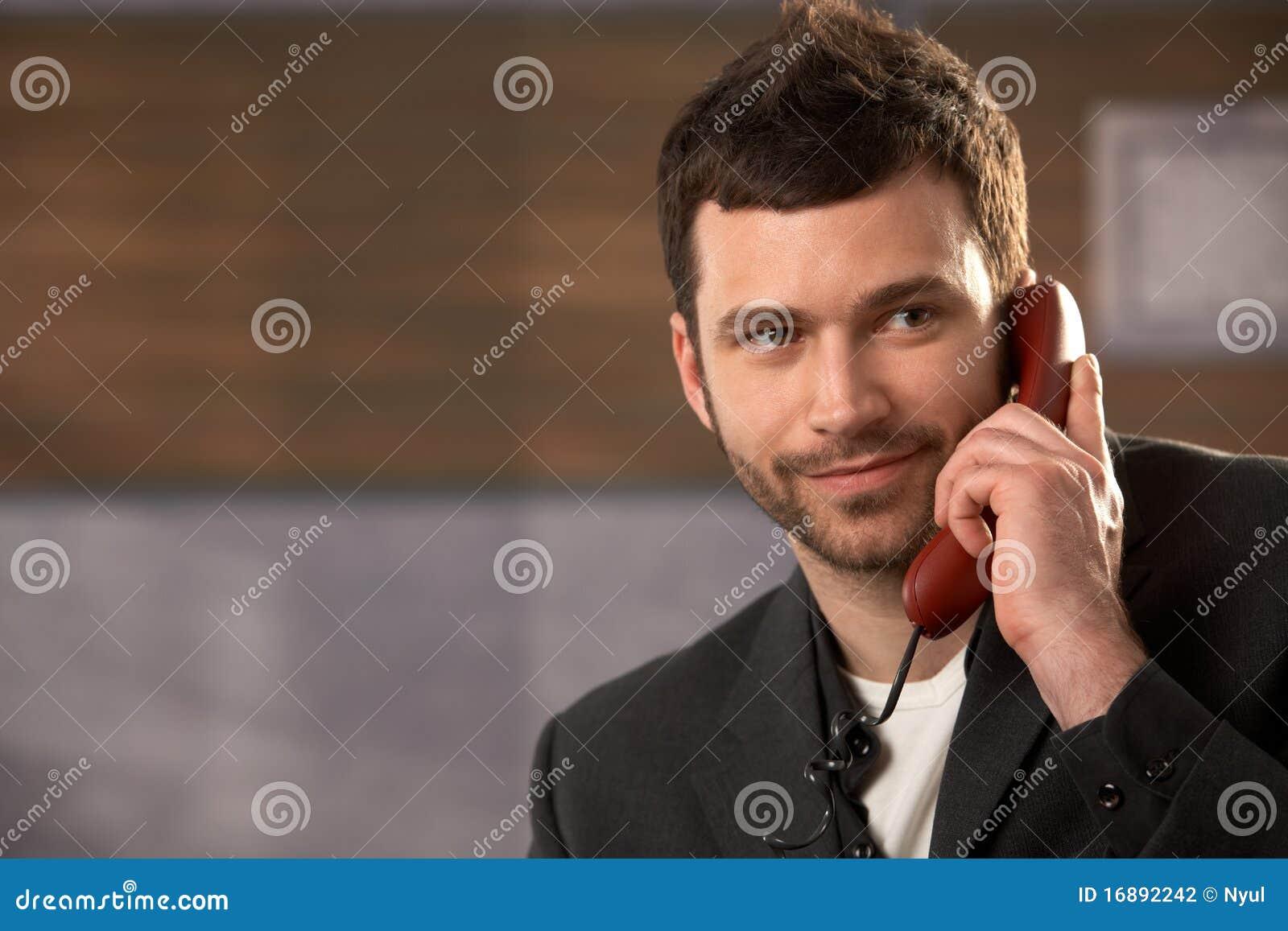 Lächelnder Geschäftsmann beim Aufruf