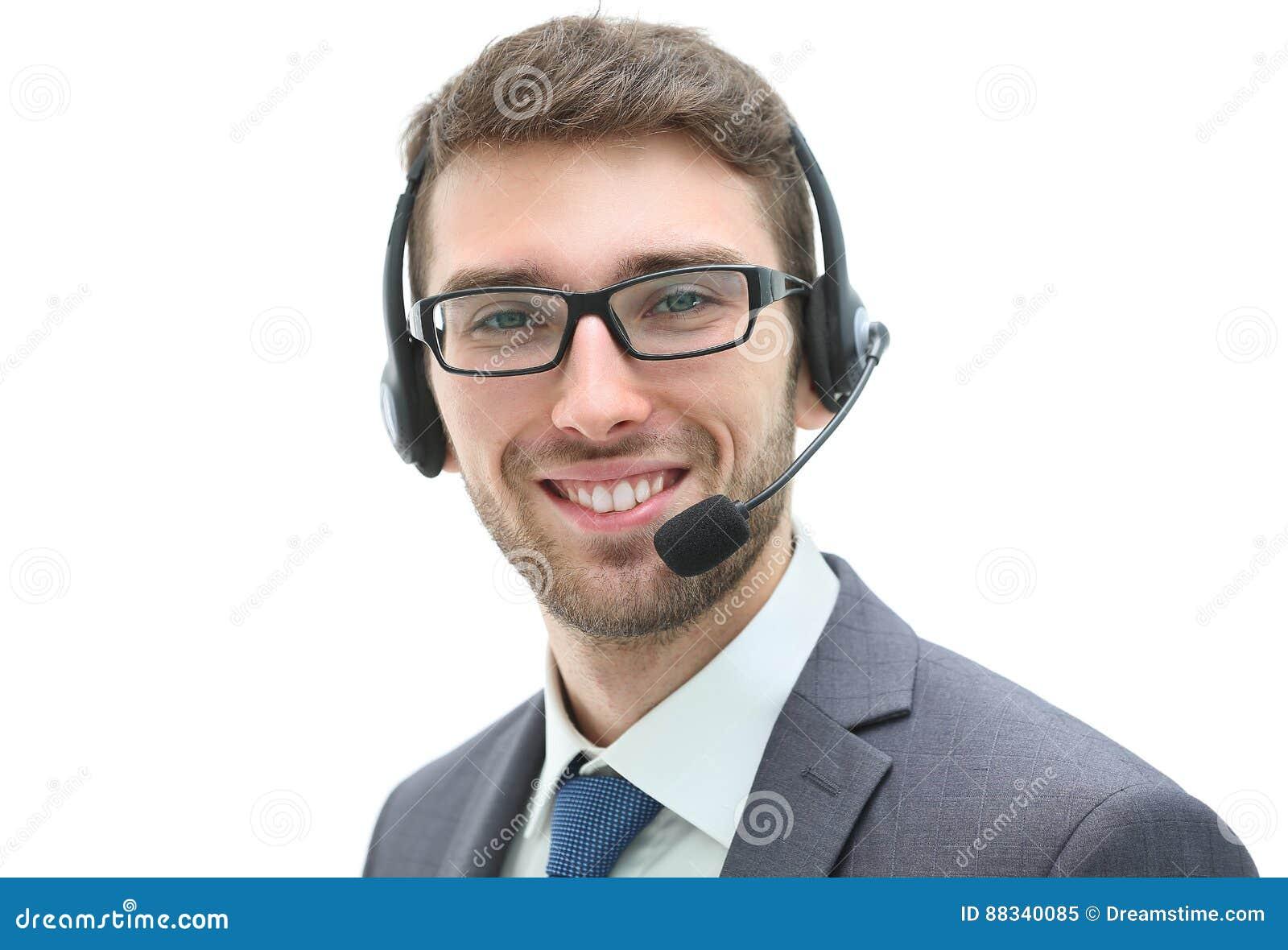 Lächelnder Geschäftsmann, der auf Kopfhörer gegen ein weißes backgroun spricht
