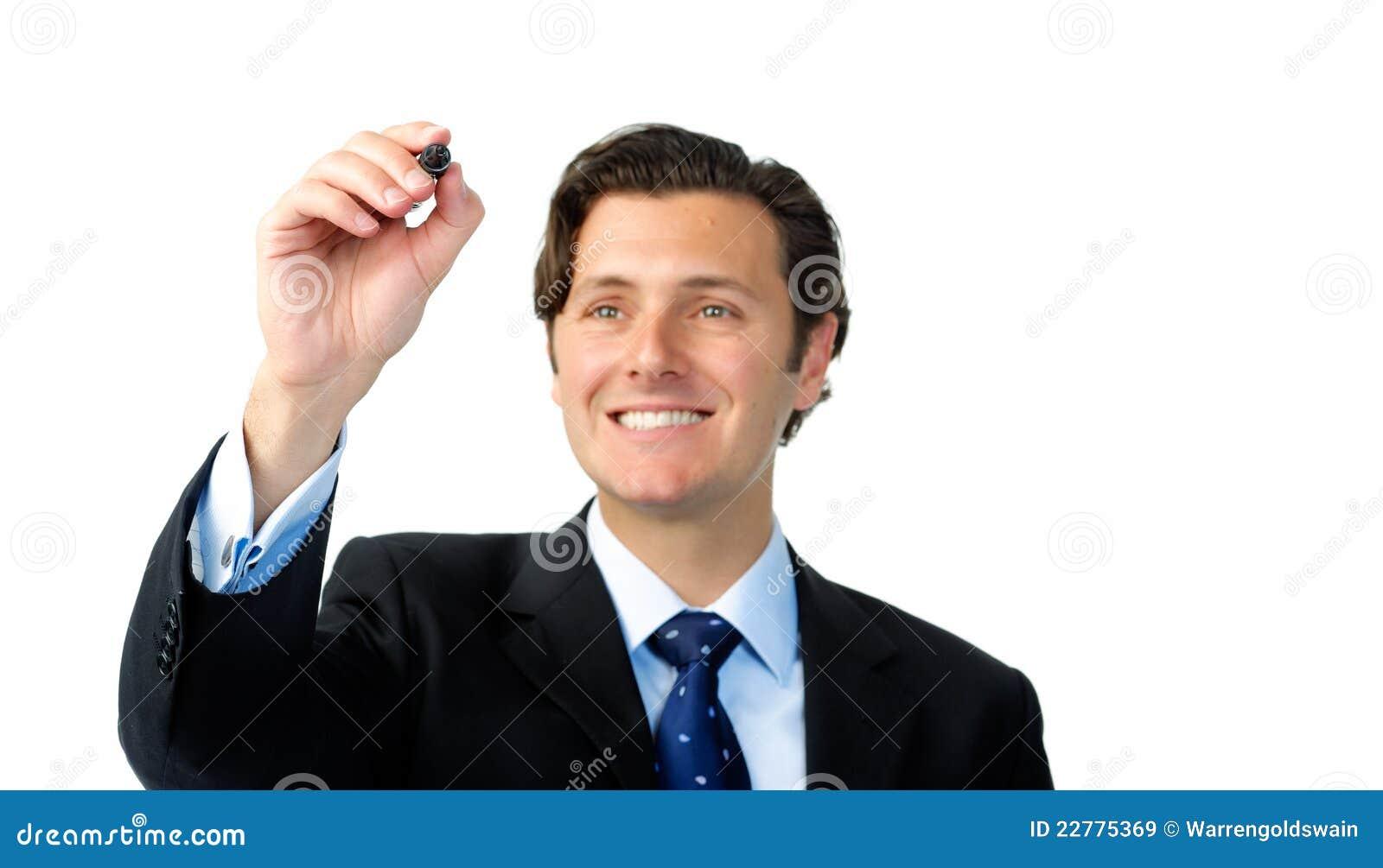 Lächelnder Geschäftsmann schreibt mit einer Markierung in mitten in der Luft