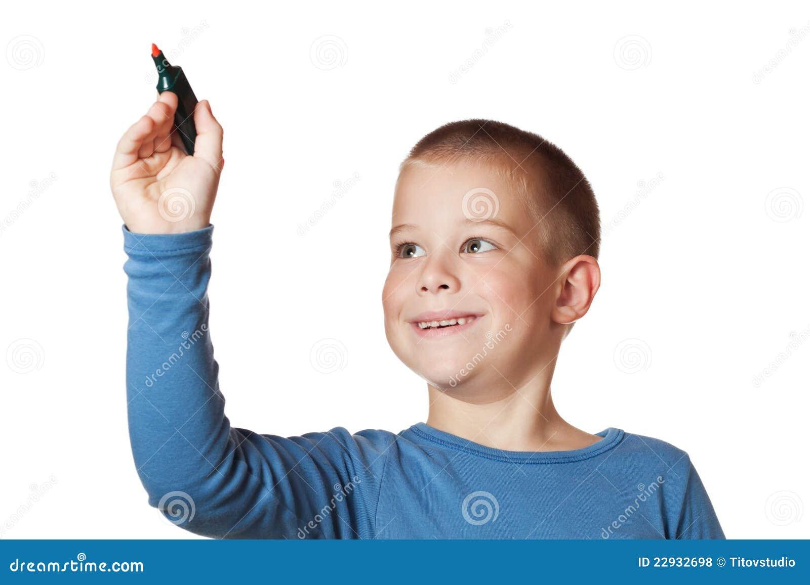 Lächelnder Junge, der eine Markierung anhält