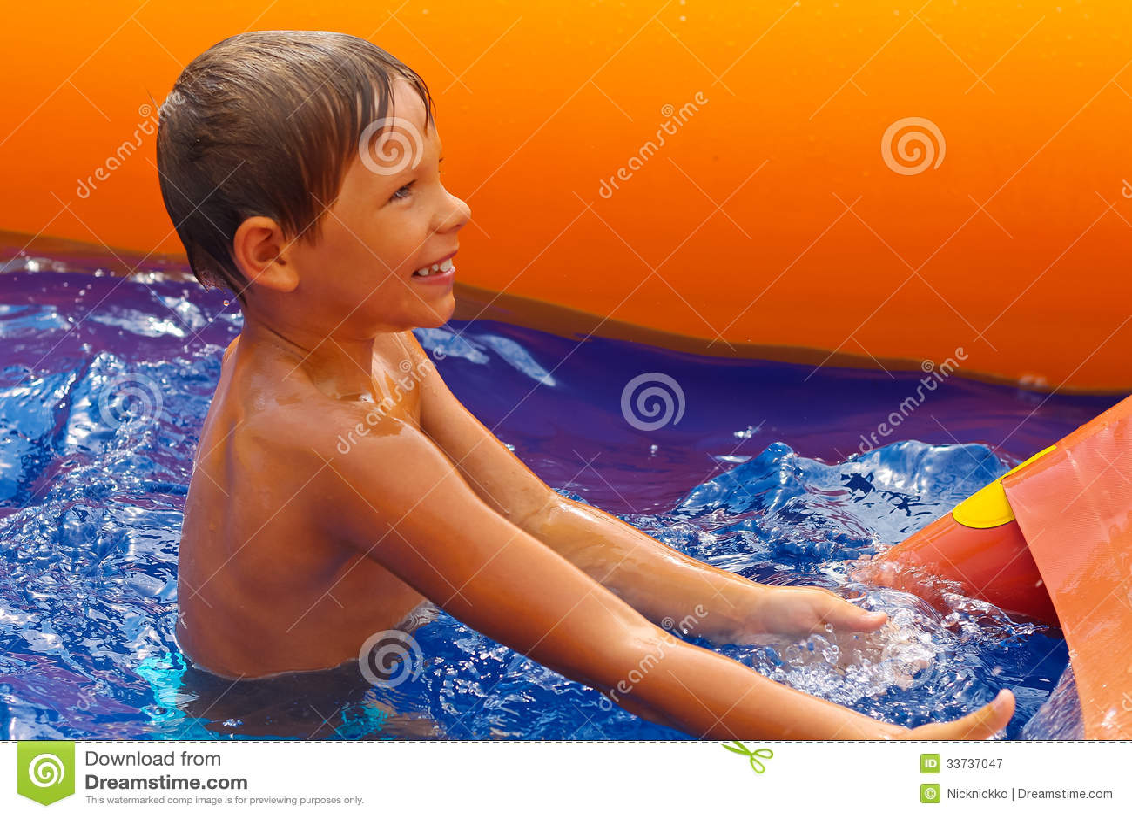 Lächelnder Junge nahe Waterslide.