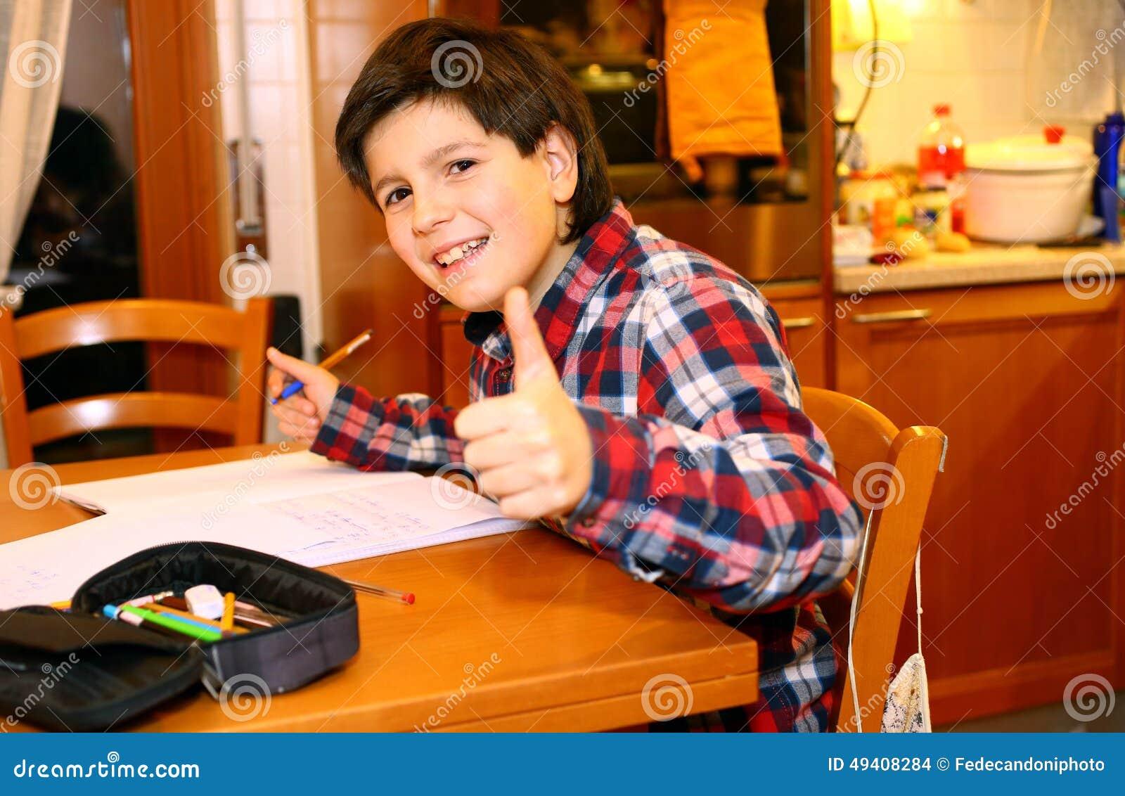 Download Lächelnder JUNGE Schreibt Auf Sein Notizbuch Stockfoto - Bild von jugendlicher, adoleszenz: 49408284